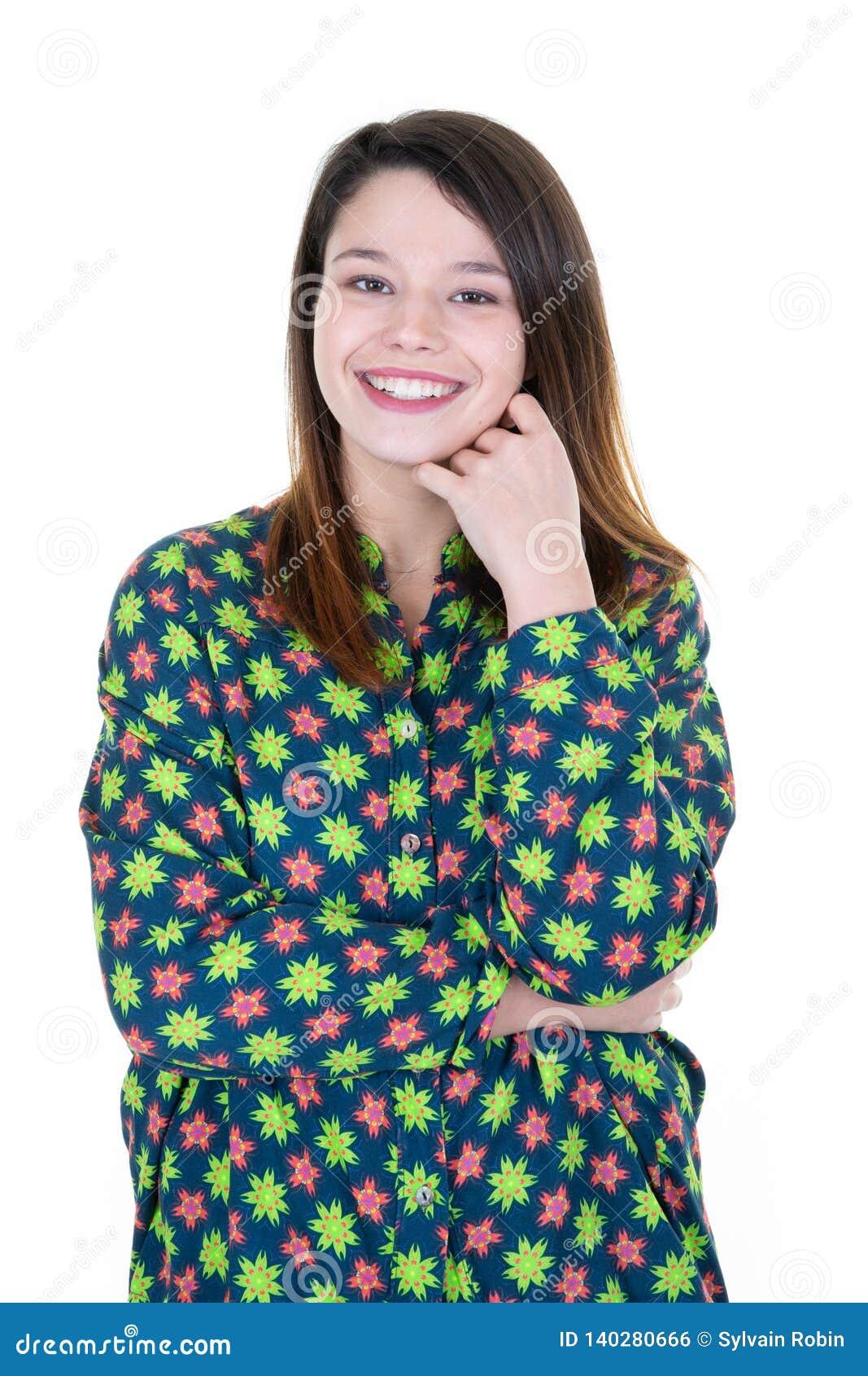 Mooi plus grootte jonge vrouw die over geïsoleerde witte achtergrond met open mond vrolijke glimlach glimlachen