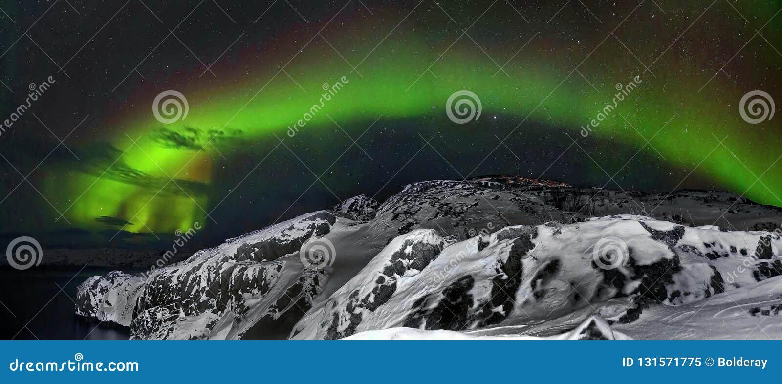 Mooi polair lichtenaurora borealis, dageraad over heuvels en toendra in de winter