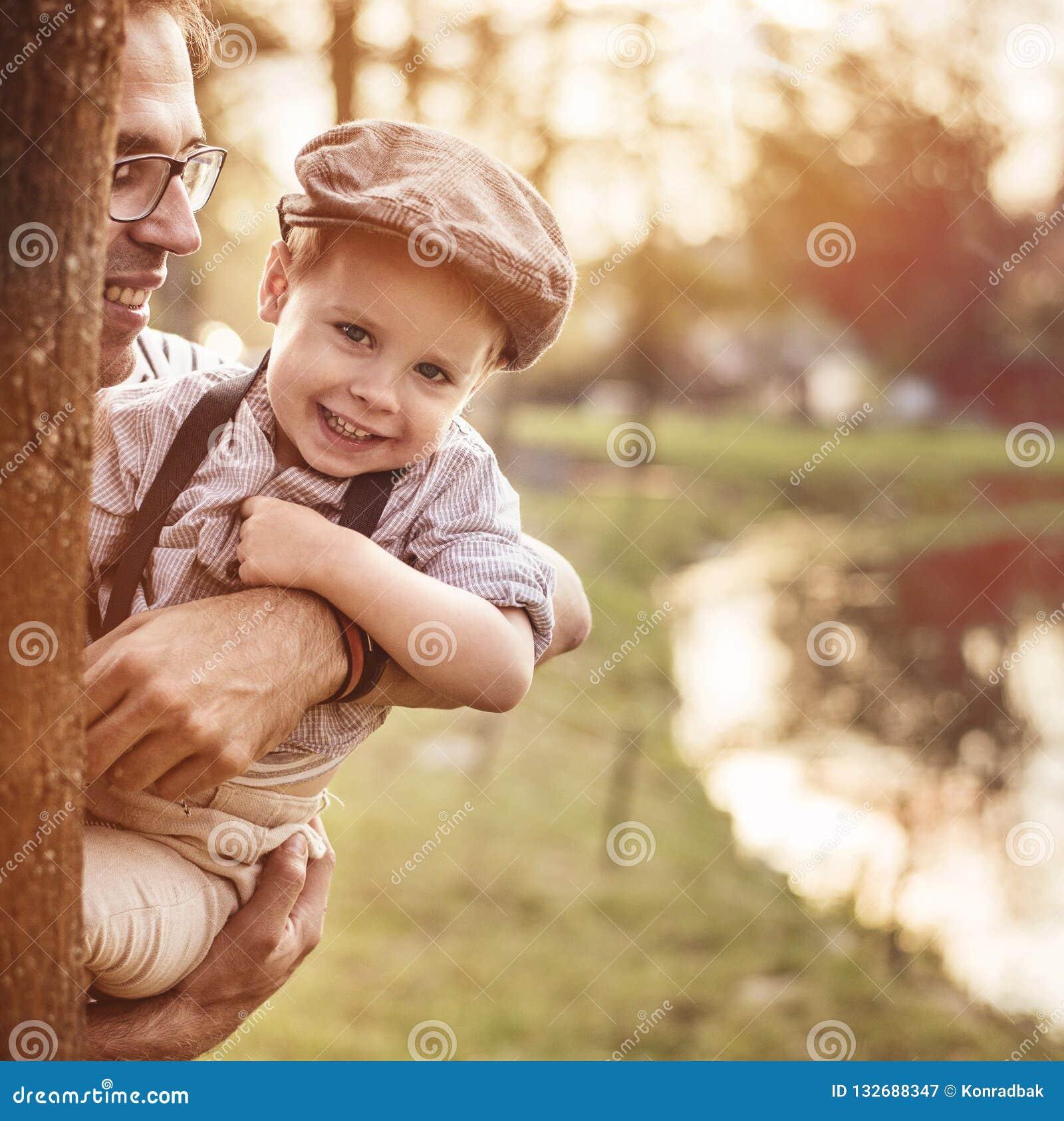 Mooi portret van een leuke kleine jongen die zijn papa koesteren