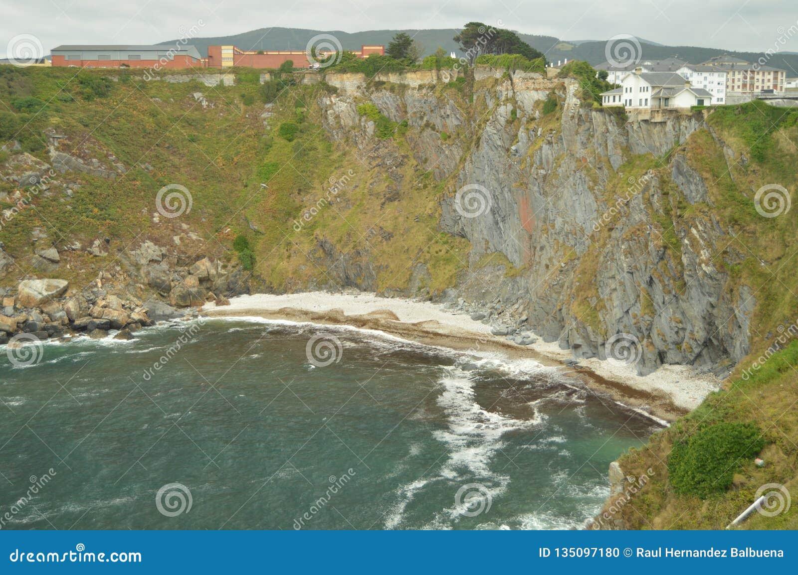 Mooi praktisch Ontoegankelijk Stenenstrand omdat het door Hoog Cliff In Luarca wordt omringd