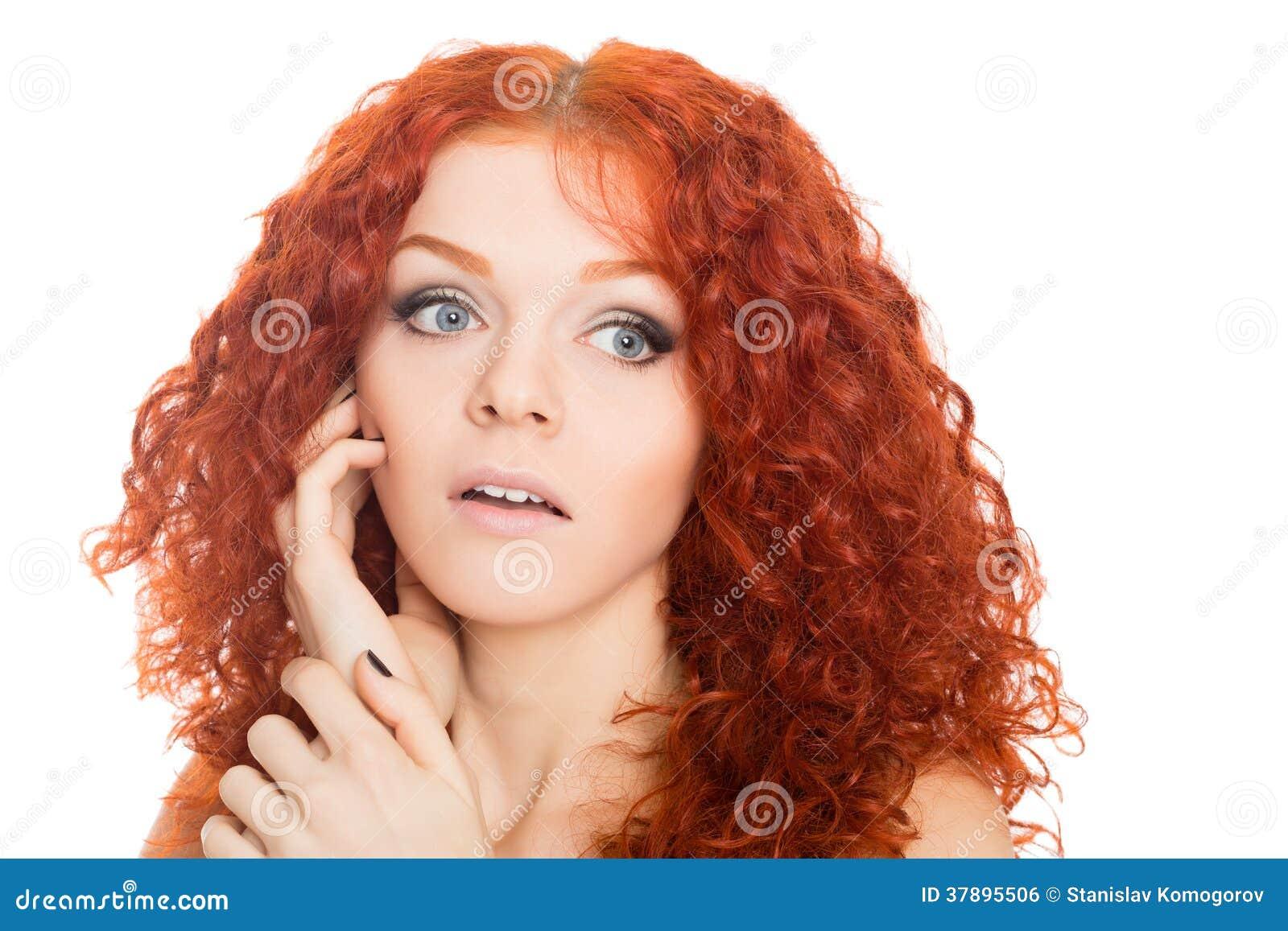 Mooi rood haired meisje met een verraste blik