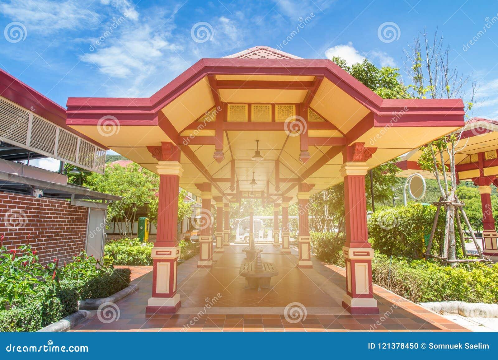 Mooi rood paviljoen in een parkeerterrein voor rust toerisme, openbare boog