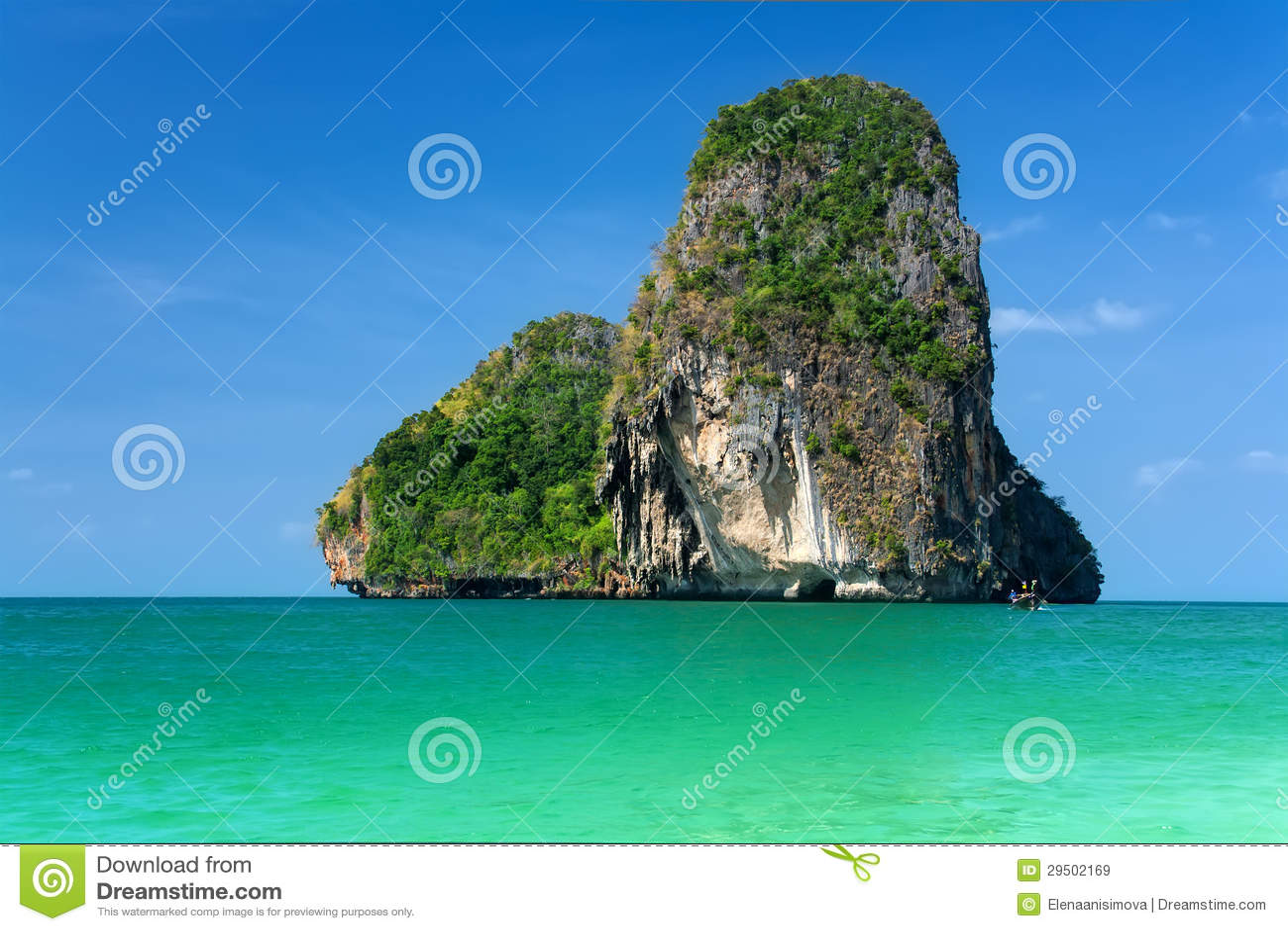 Mooi rotsachtig eiland over blauwe hemel