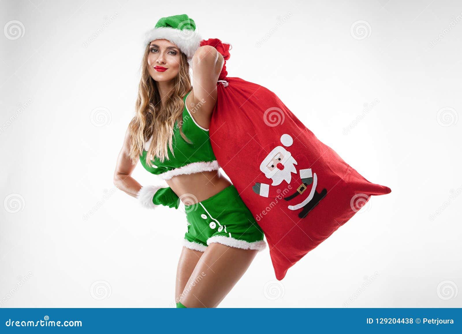 Mooi sexy meisje dat de kleren van de Kerstman draagt