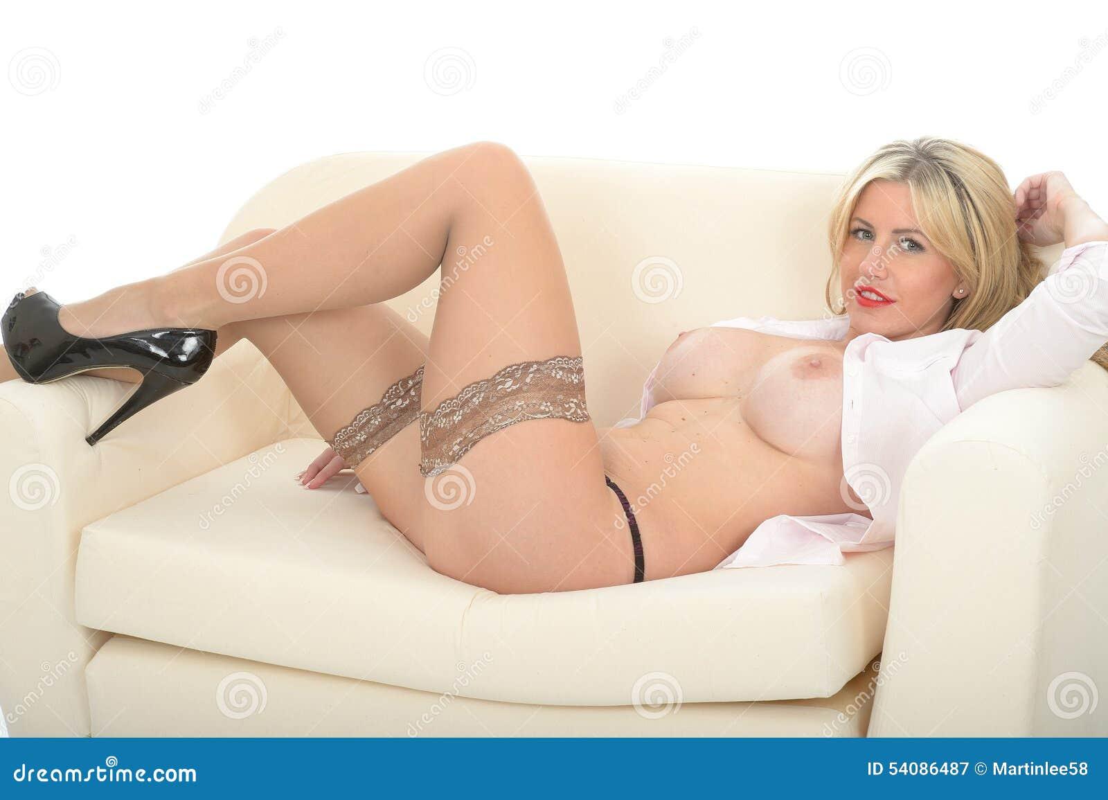 Mooi Sexy Wellustig Betoverend Aantrekkelijk Jong Blonde Pin Up Model Posing Topless op Bank