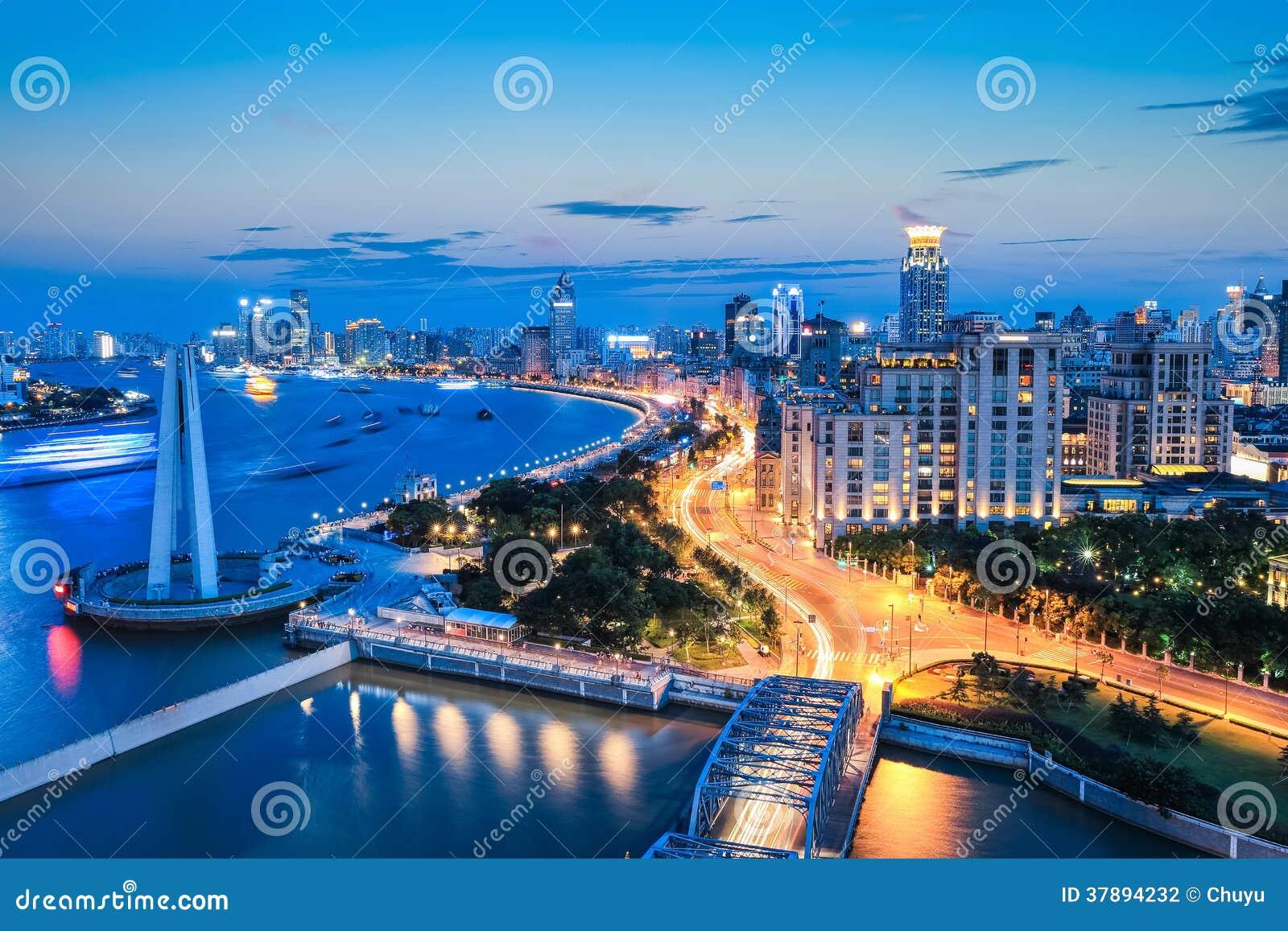 Mooi Shanghai de dijk in het vallen van de avond