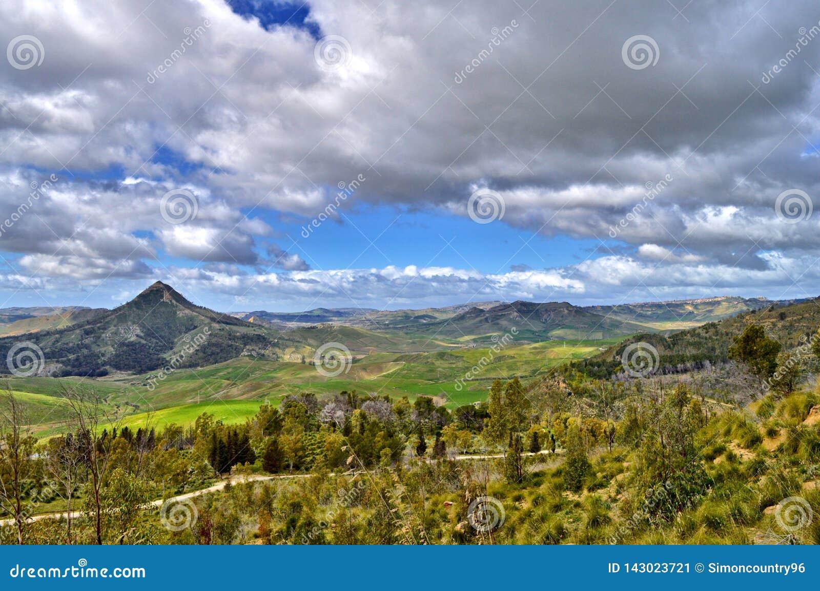 Mooi Siciliaans Landschap met Monte Formaggio in de Voorgrond, Mazzarino, Caltanissetta, Italië, Europa