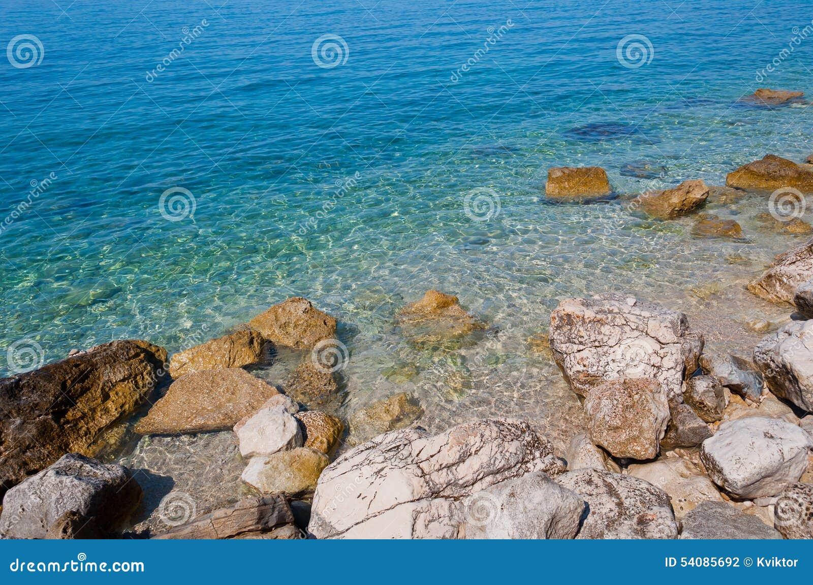Mooi strand met grote stenen in Podgora, Kroatië
