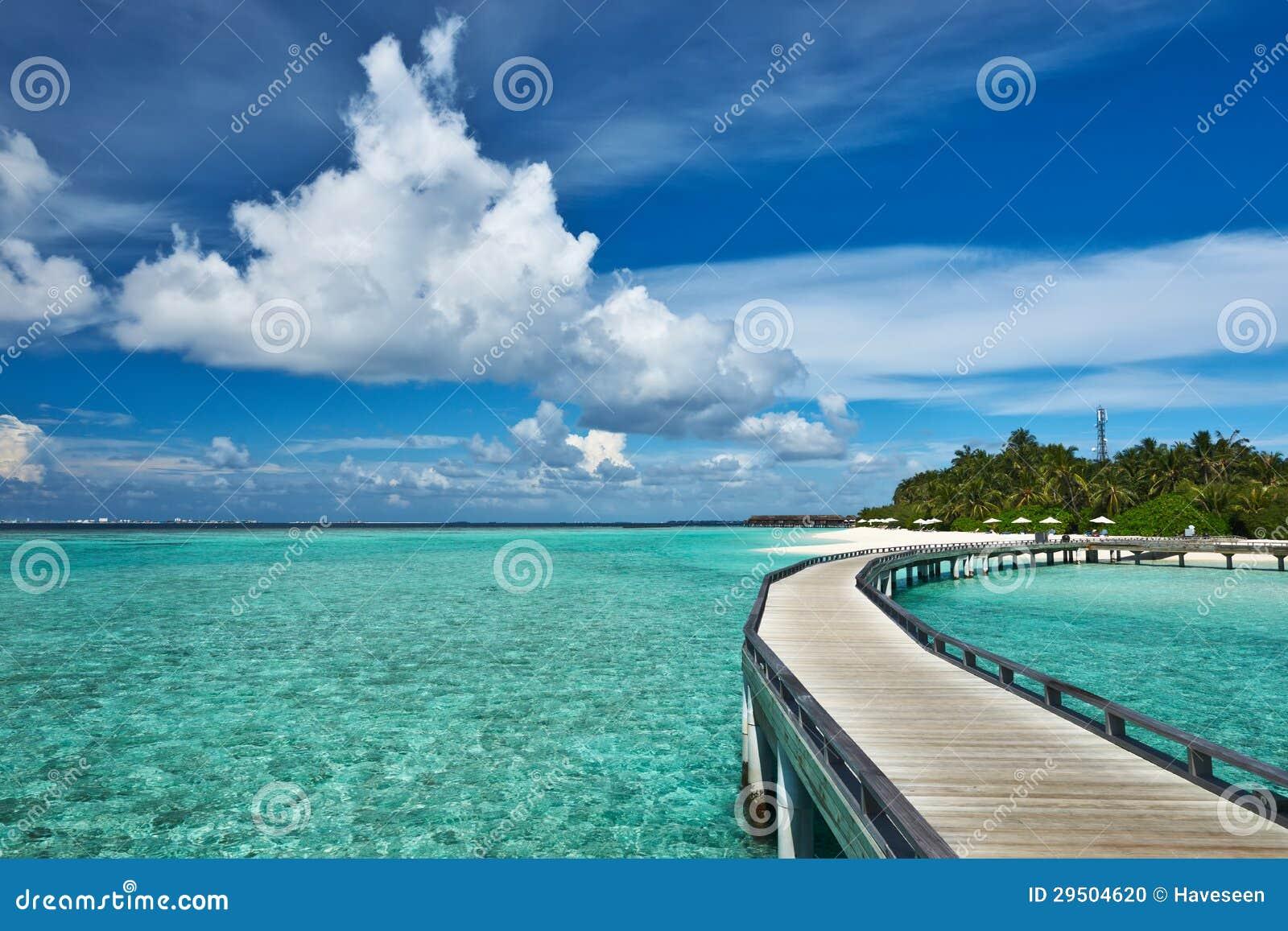 Mooi strand met pier