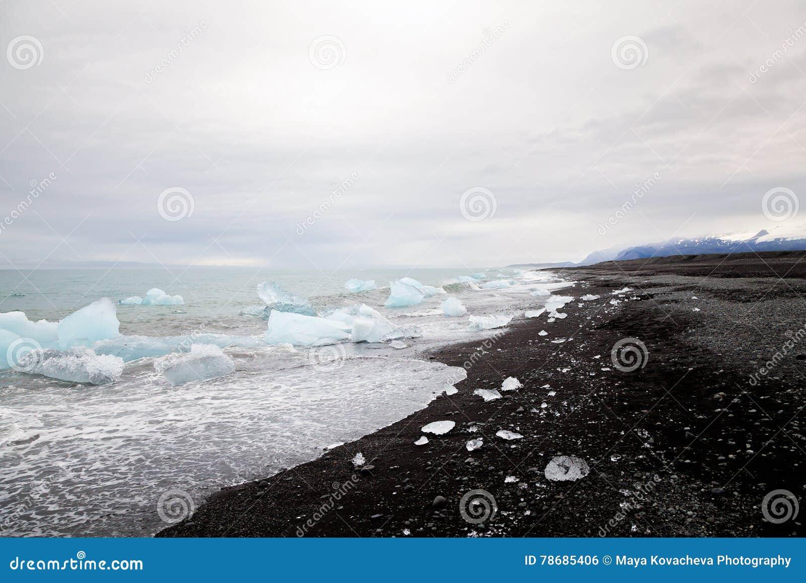 Mooi strand in Zuid-IJsland met zwart lavazand en iceber