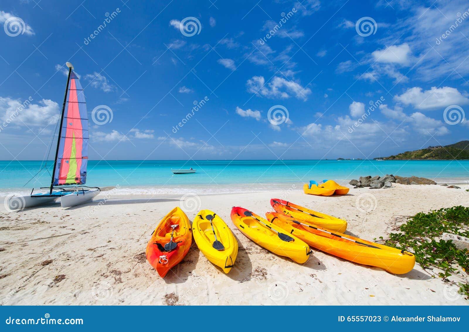 Mooi tropisch strand bij exotisch eiland