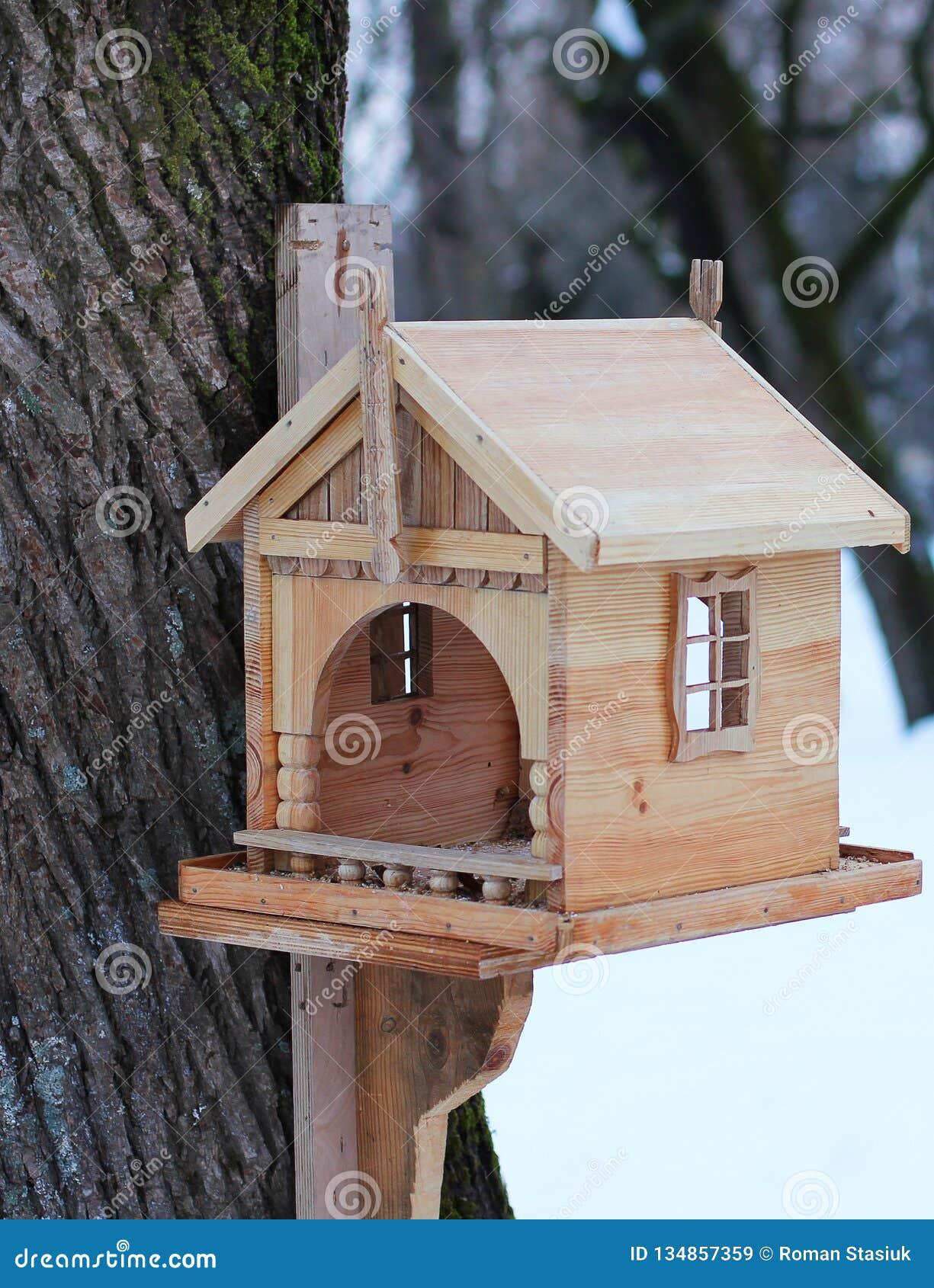 Mooi vogelhuis in de winter op een boom