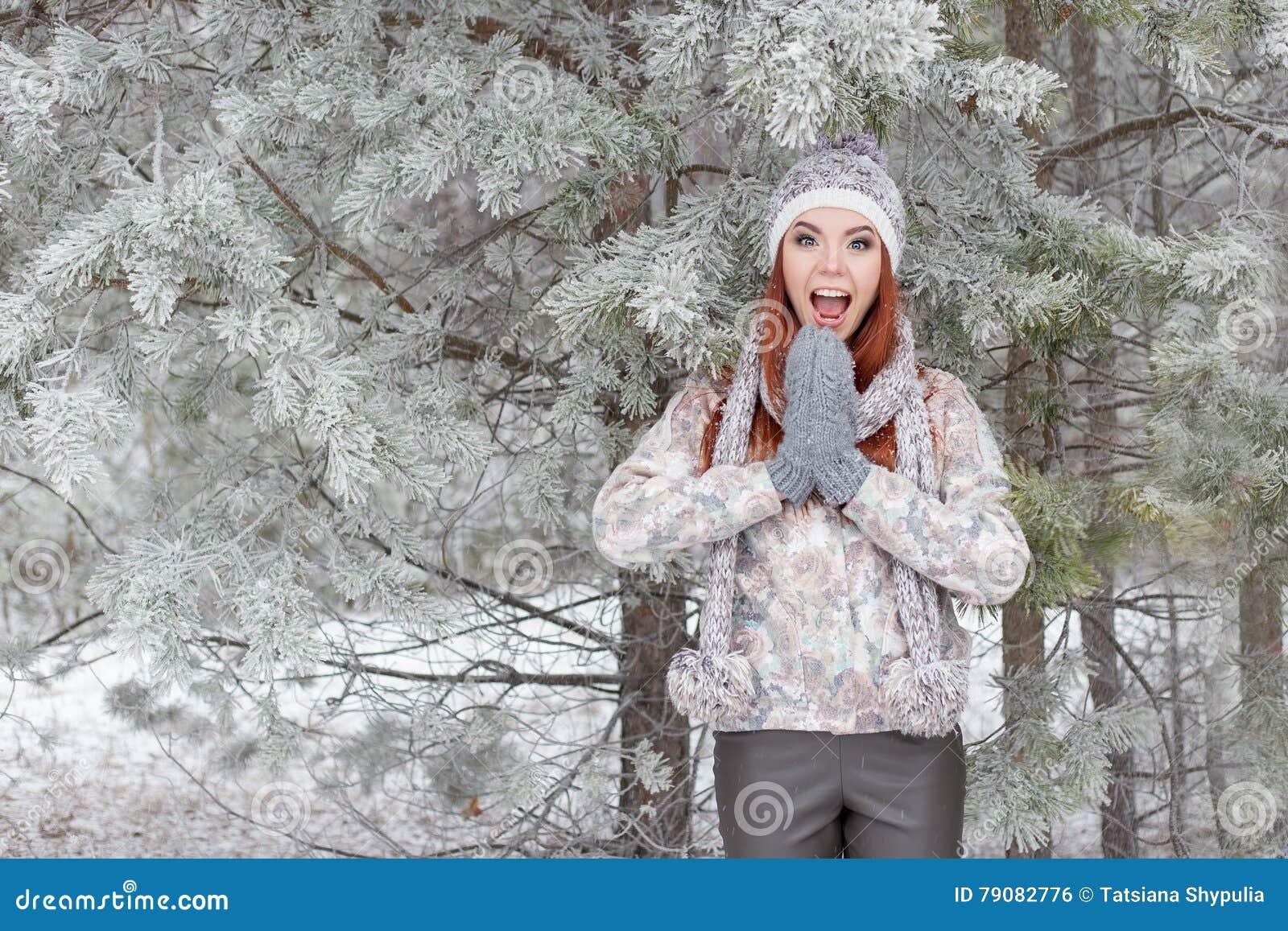 Een Warme Winter : Mooi vrolijk gelukkig meisje met rood haar in een warme hoed en