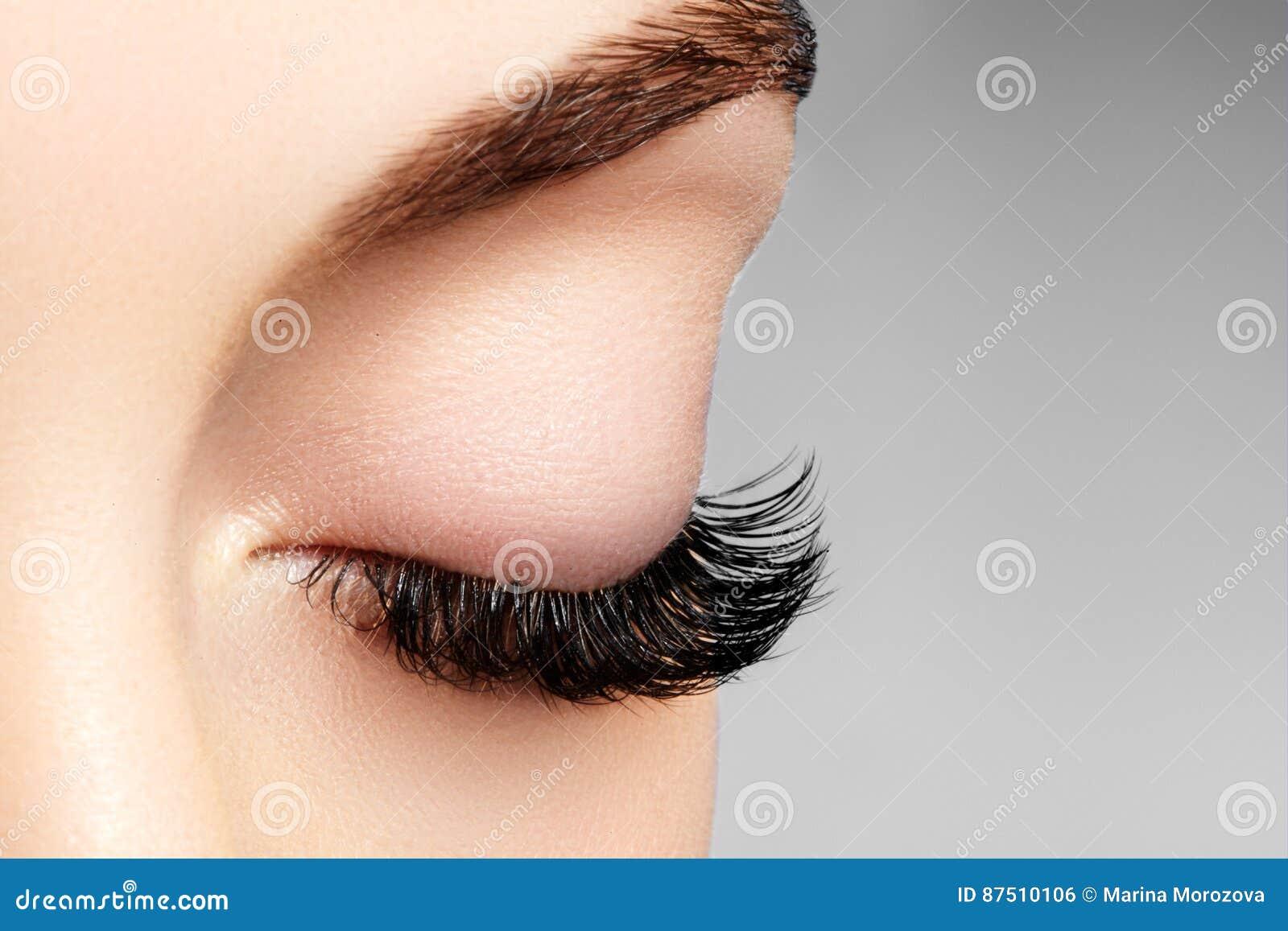 Mooi vrouwelijk oog met extreme lange wimpers, zwarte voeringsmake-up De perfecte samenstelling, snakt zwepen De ogen van de clos