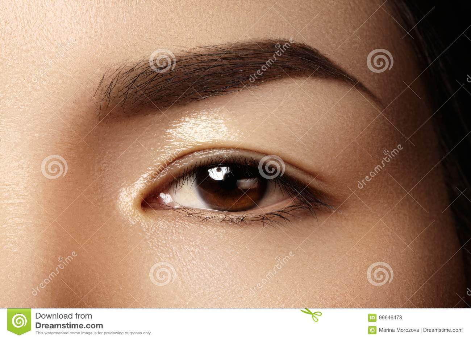 Mooi vrouwelijk oog met schone huid, dagelijkse maniermake-up Aziatisch modelgezicht Perfecte vorm van wenkbrauw