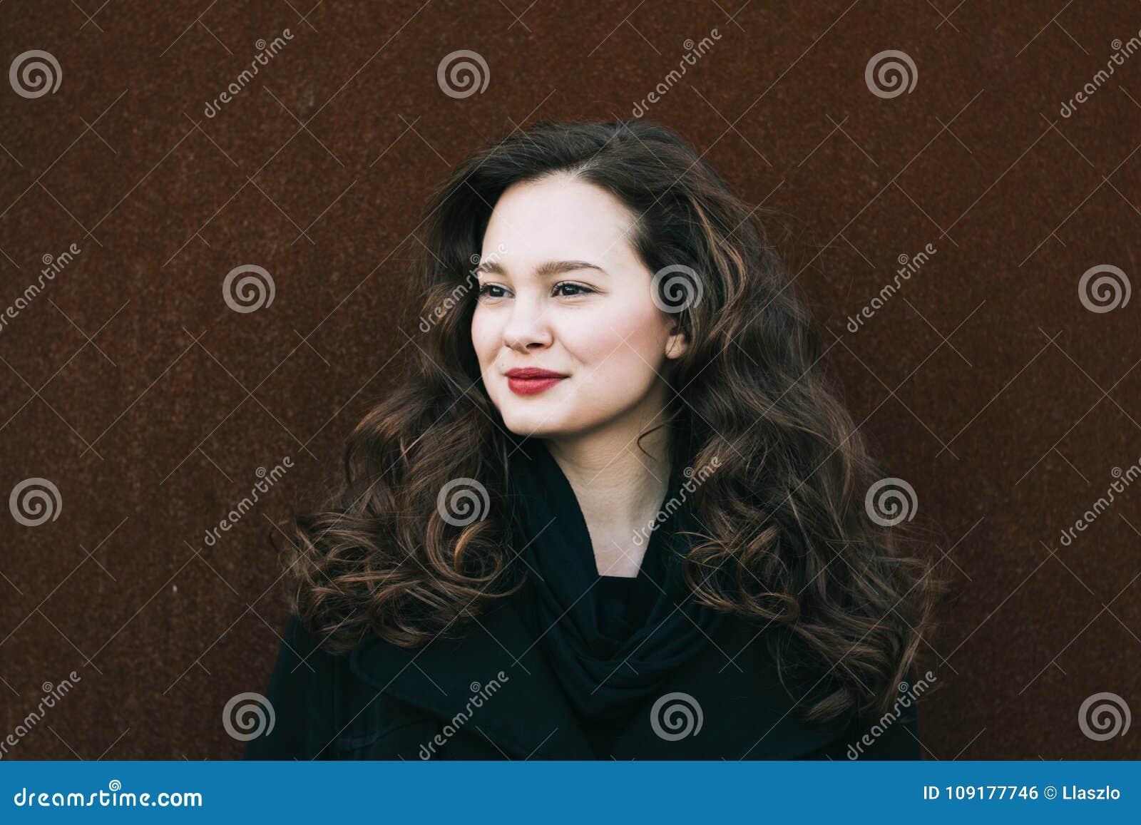 Mooi vrouwenportret Sociaal media profielbeeld 20-29 jaar oud vrouwelijk portret Lang krullend haar donkerbruin meisje