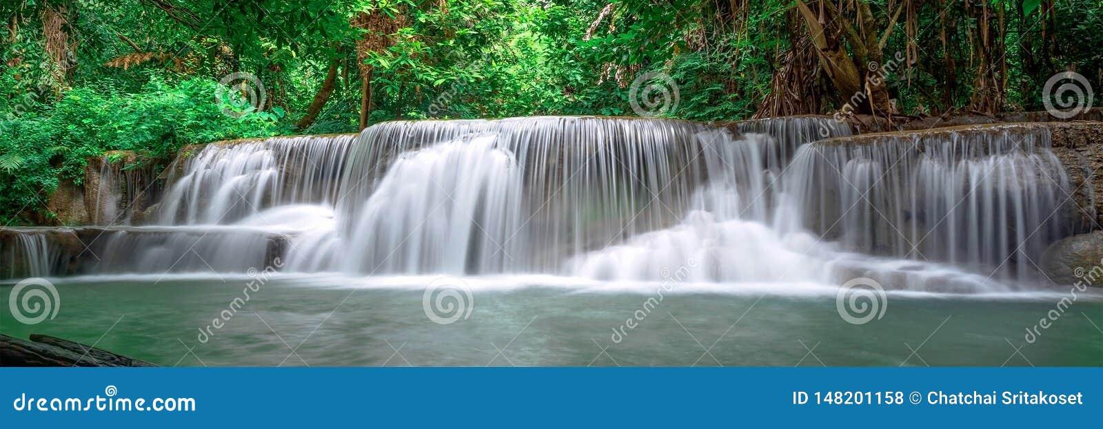 Mooi waterval panoramisch landschap in Thailand