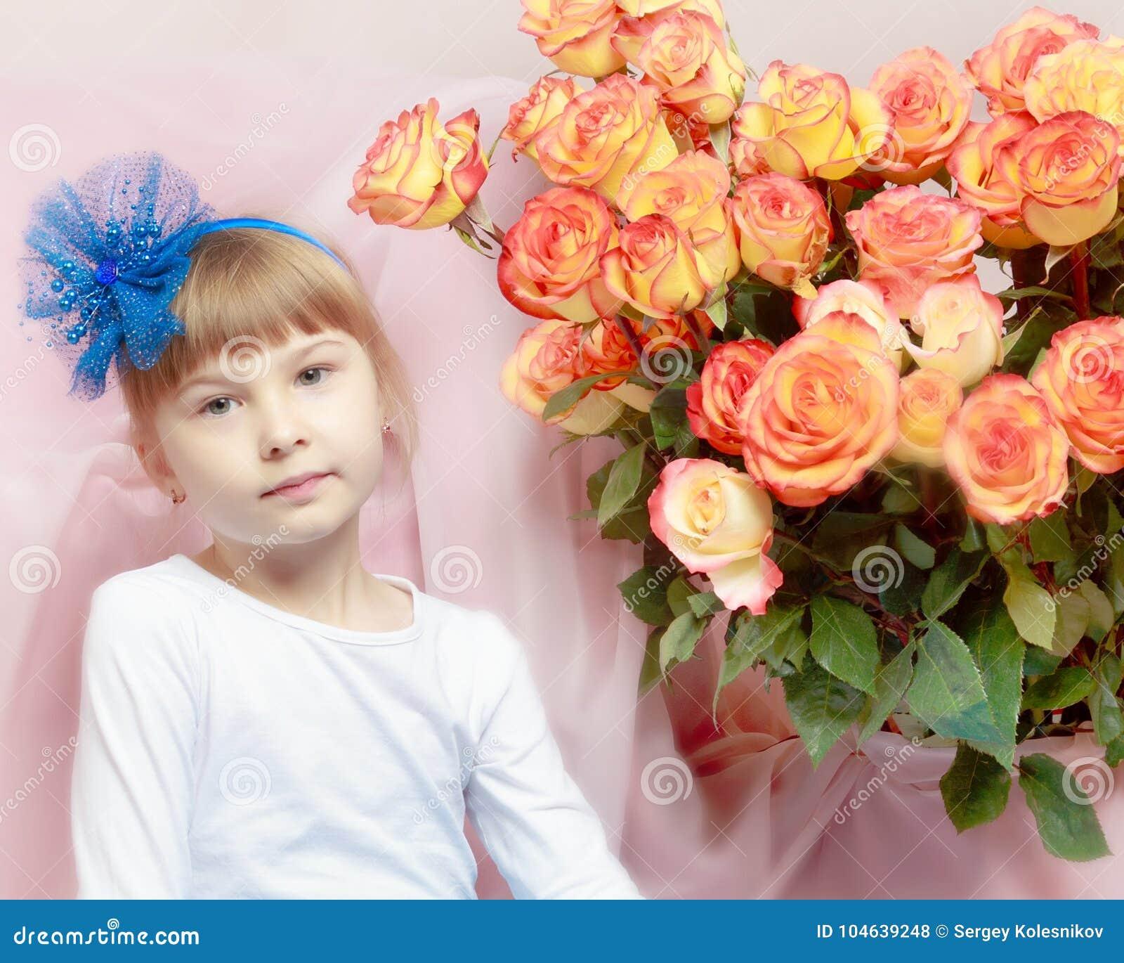 Download Mooi Weinig Blondemeisje Met Lang Haar En Korte Klappen Stock Foto - Afbeelding bestaande uit wijfje, haar: 104639248