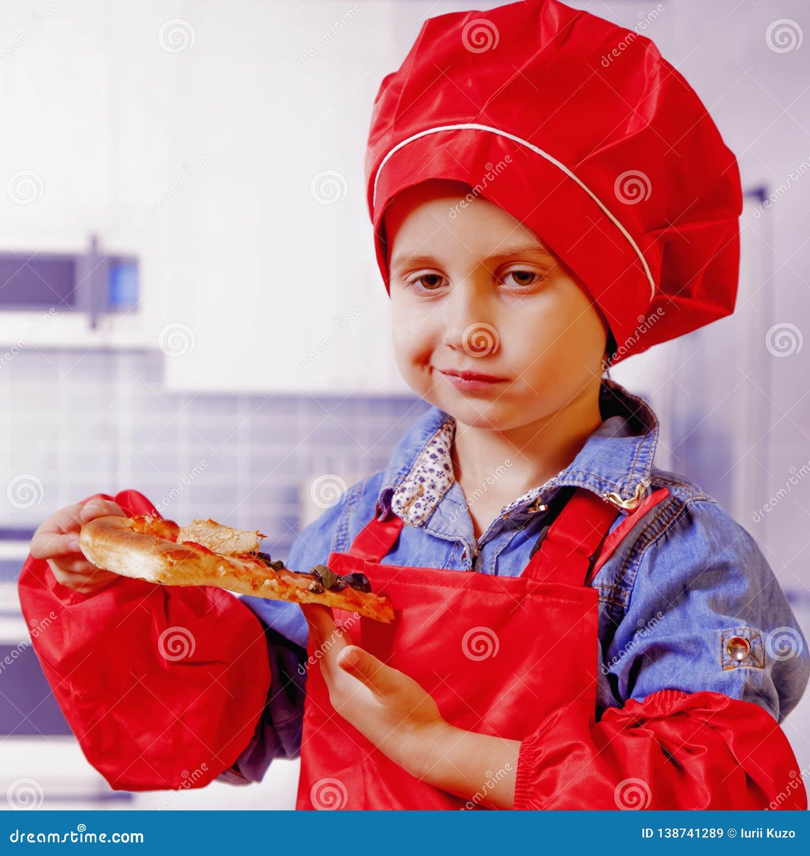 Mooi weinig kindmeisje dat van een heerlijke pizza geniet Voedsel, honger, genoegenconcept