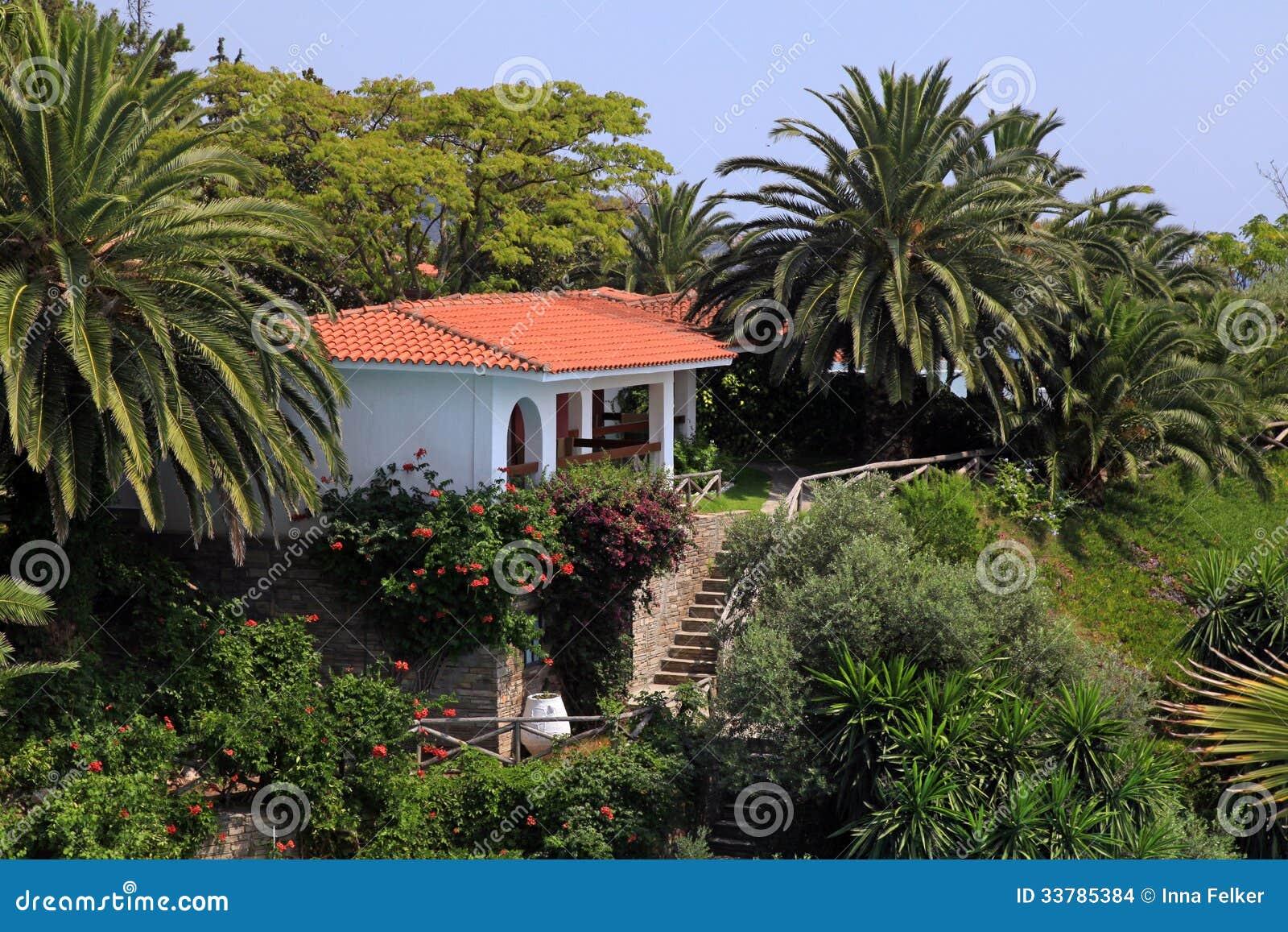 Mooi wit huis in de mediterrane tuin griekenland stock for Huis in de tuin