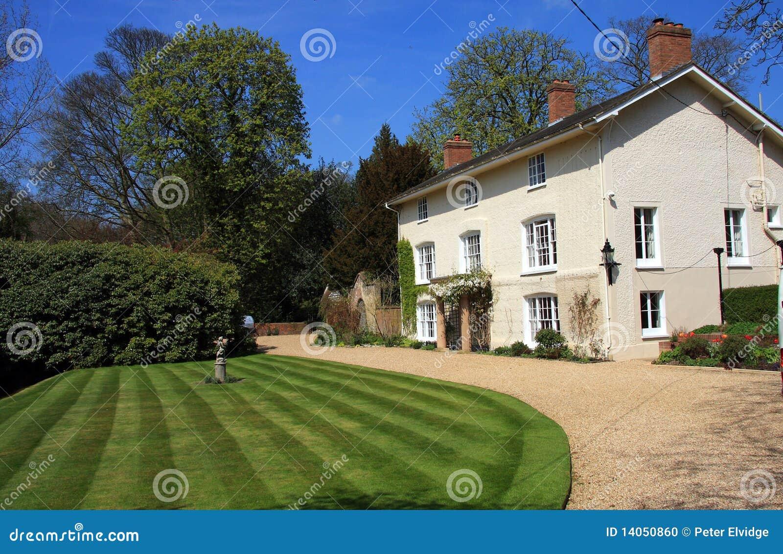 Mooi wit huis met tuin stock foto beeld 14050860 - Mooi huis ...