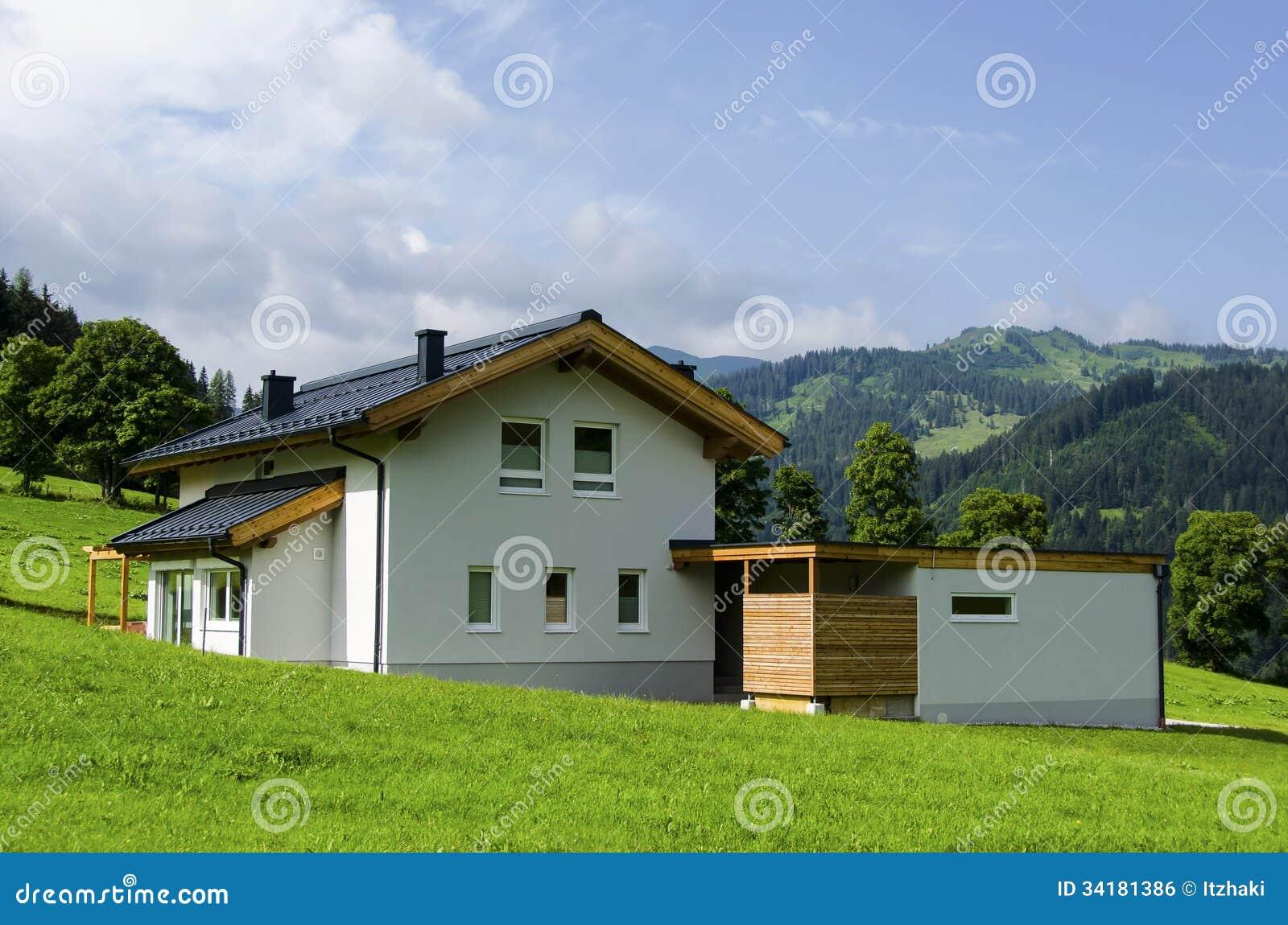 Mooi wit huis in oostenrijkse alpen stock foto afbeelding 34181386 - Foto huis in l ...