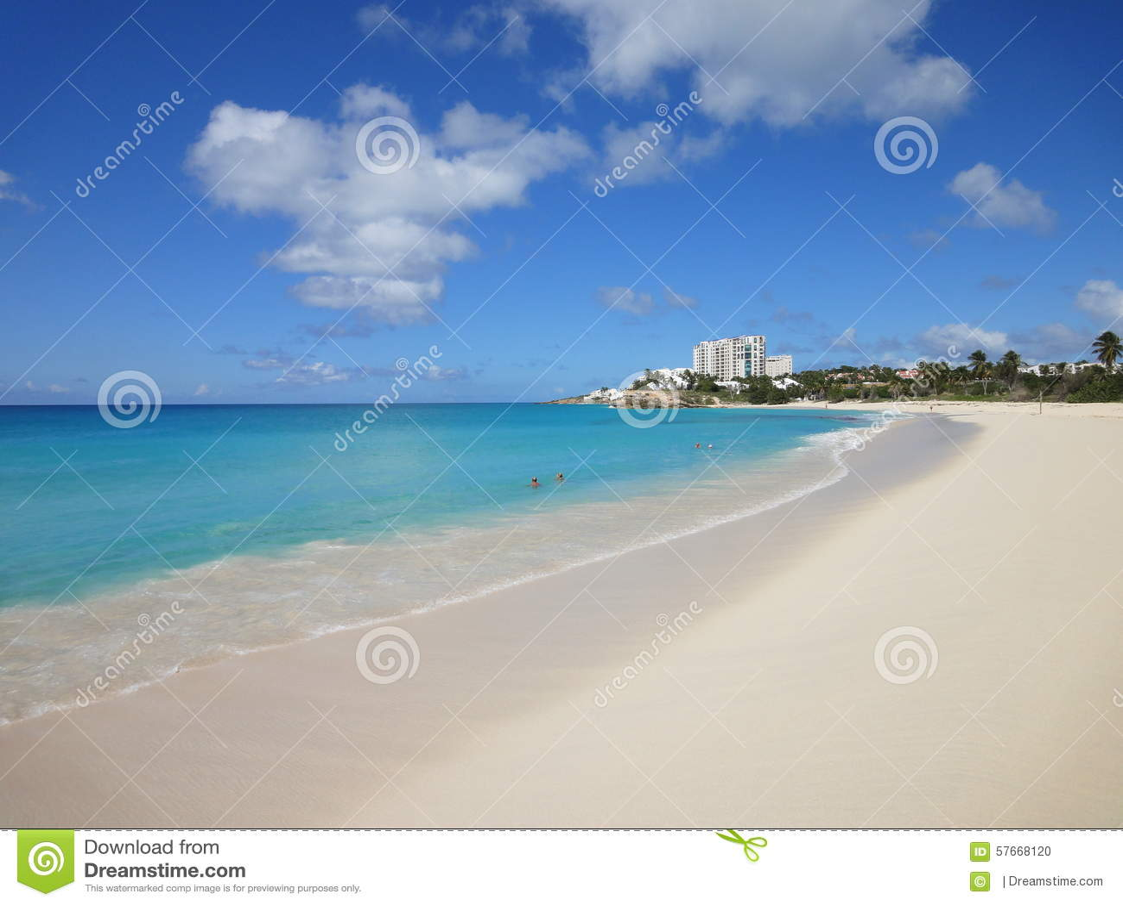 Mooi wit zandig strand in de Caraïben