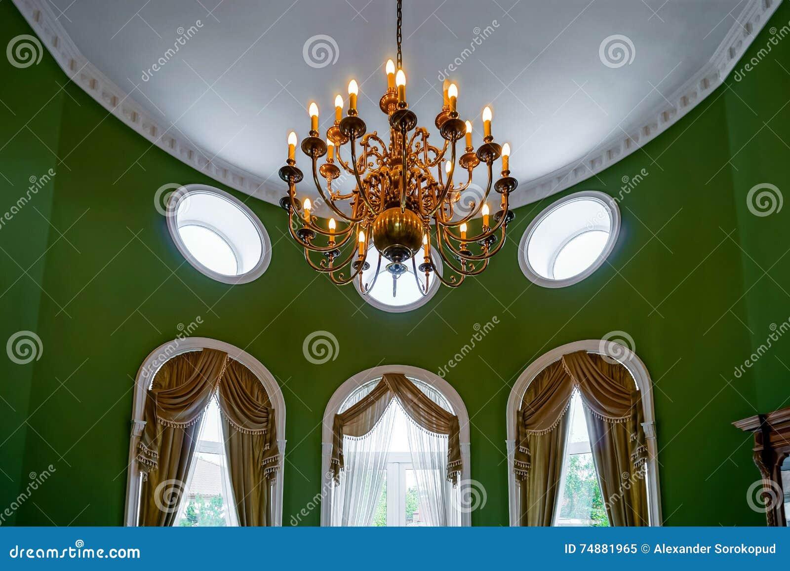 Mooi woonkamerbinnenland met hoge vensters