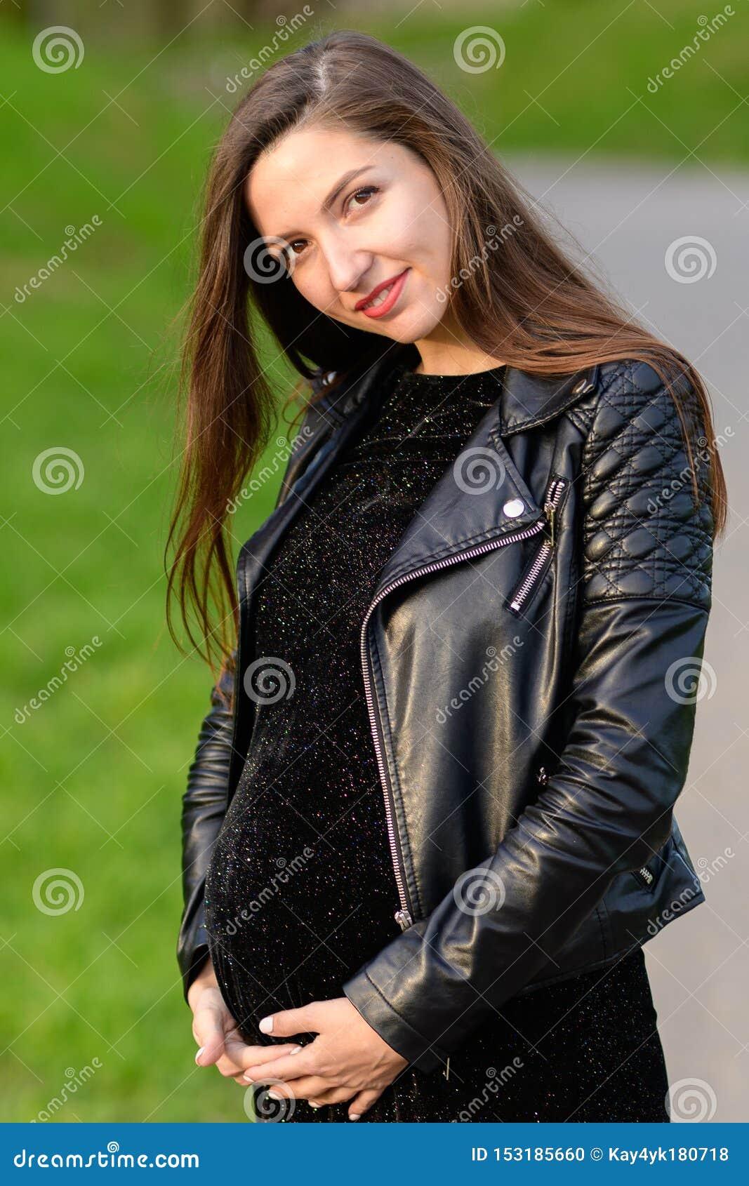 Schitterende zwangere brunette