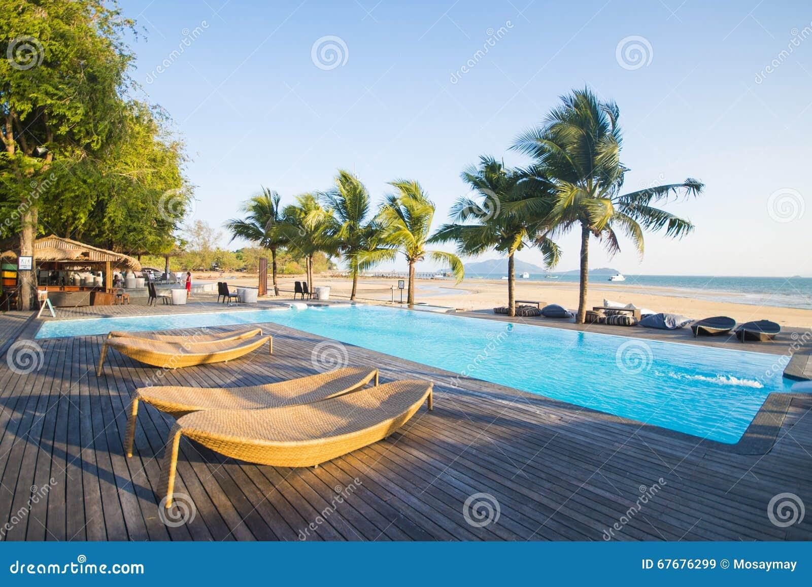 Mooi zwembad met oceaanmening
