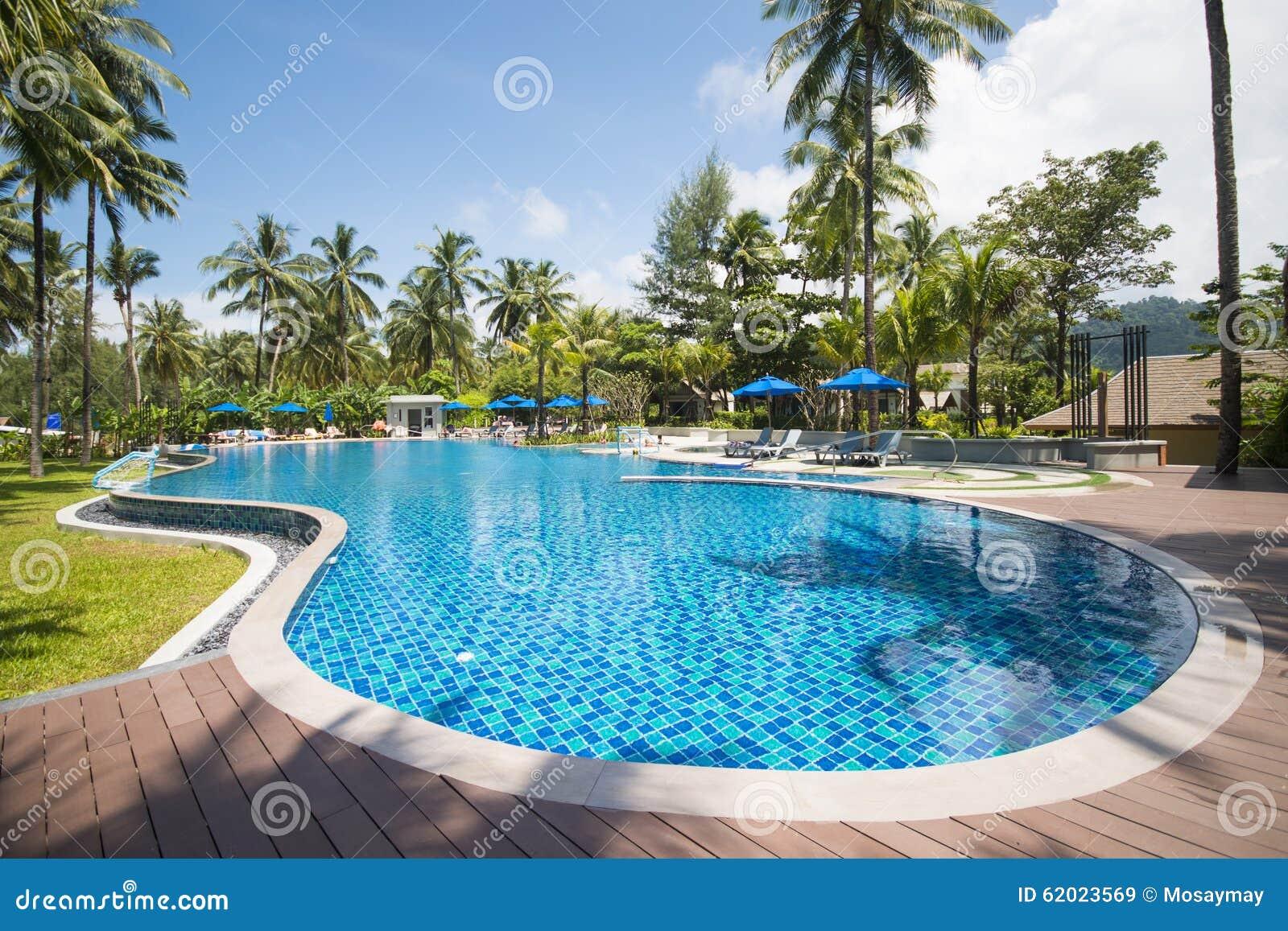 Mooi zwembad in tropische toevlucht