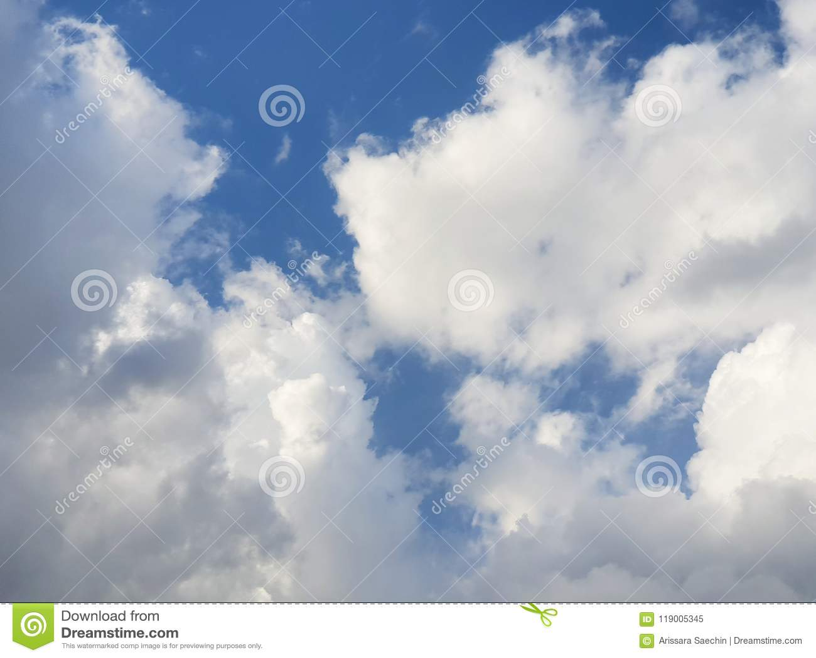 Mooie aard van blauwe hemel en clou ds met zon het glanzen