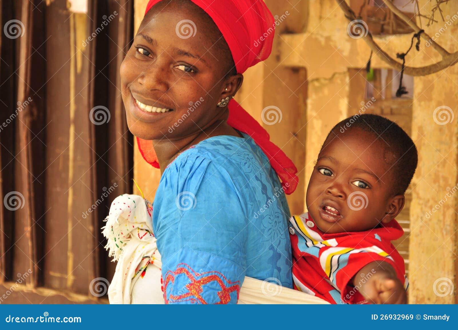 Mooie Afrikaanse vrouw met baby