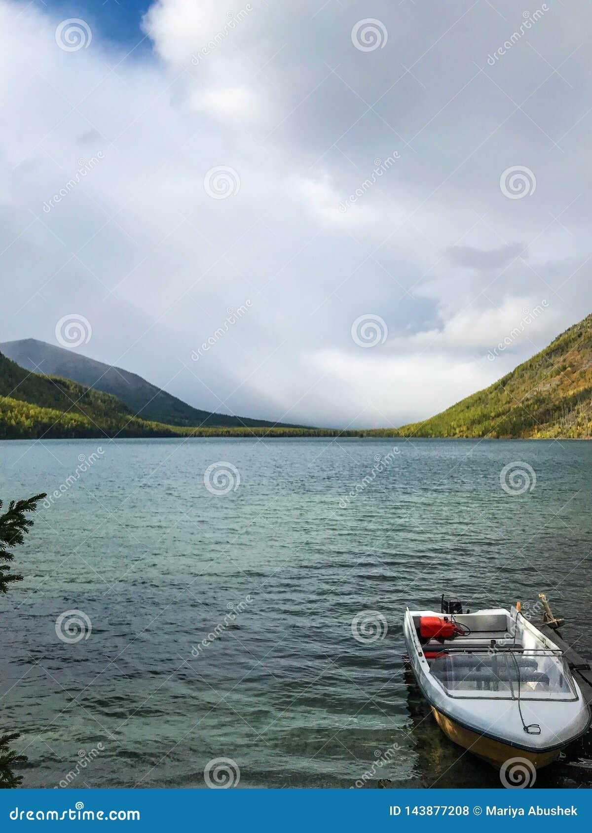 Mooie Altai-bergen meer Multinskoe Rusland September 2018