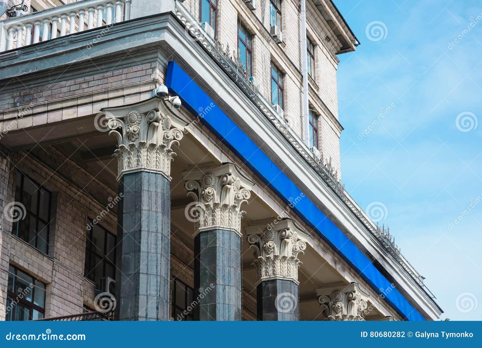 Mooie architecturale kolommen op de voorgevel van het gebouw