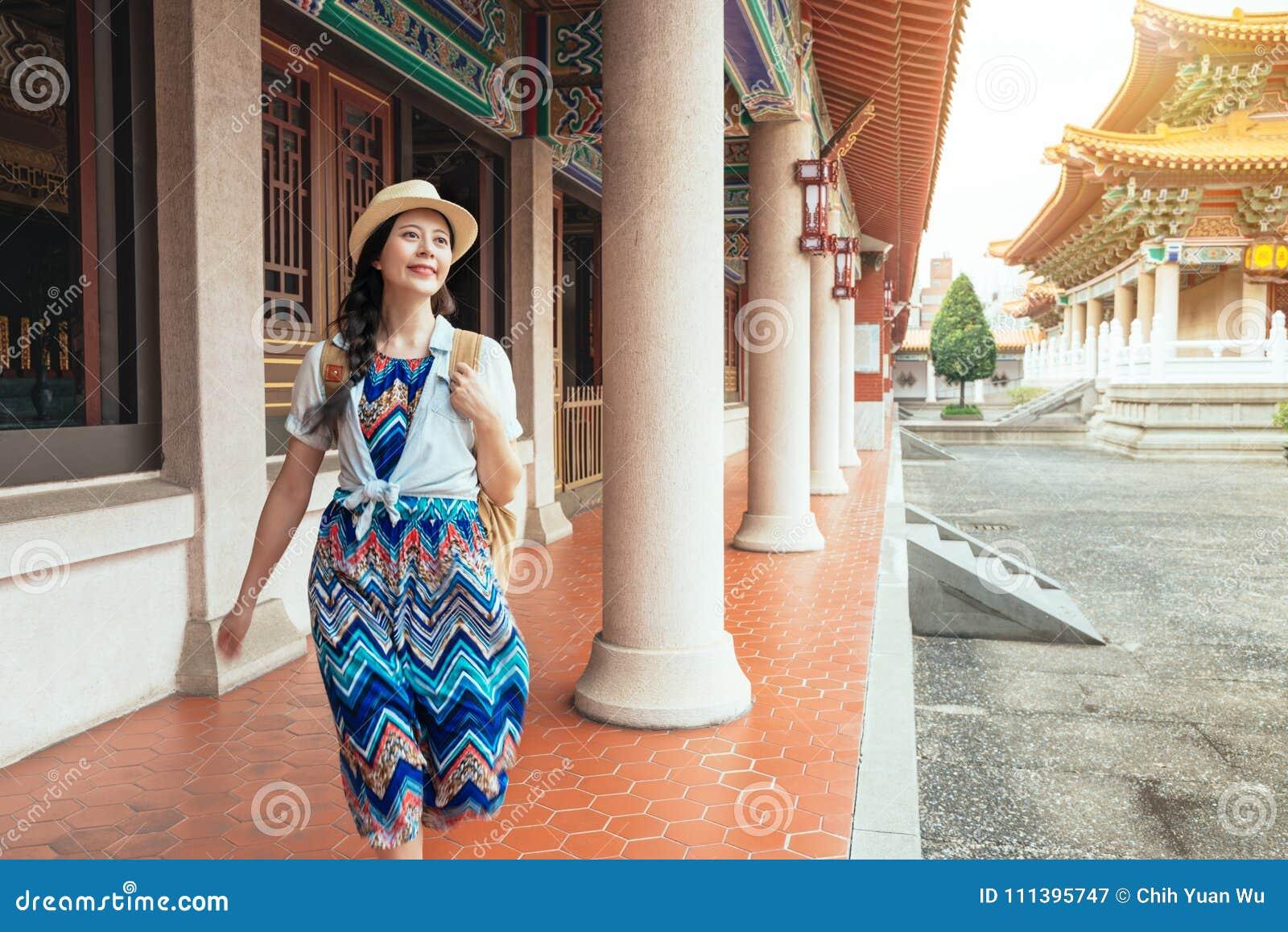 Mooie Aziatische model gelukkige reislevensstijl
