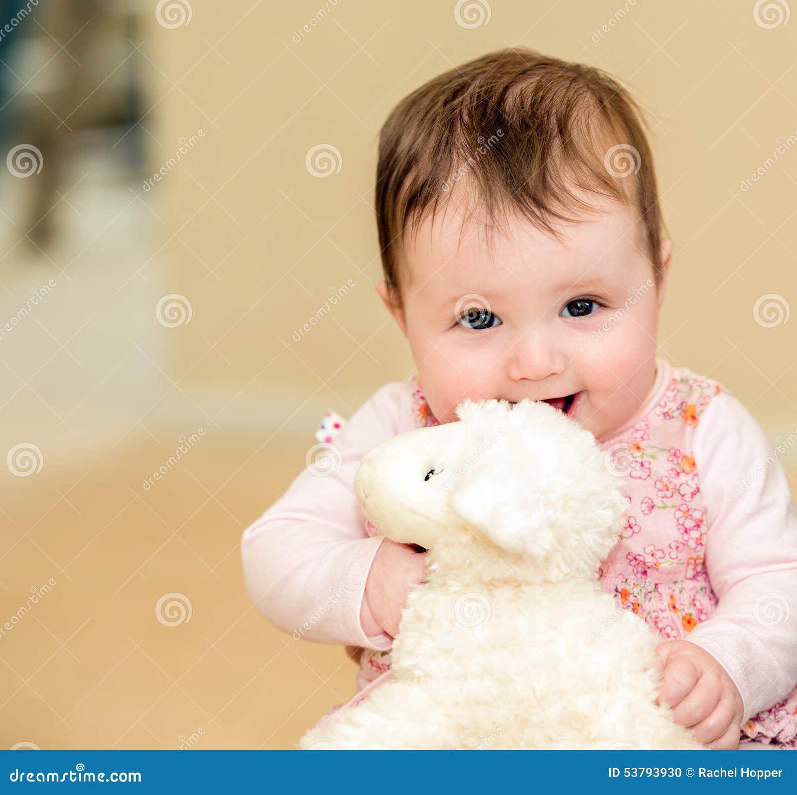 Mooie baby in gebloeide kleding