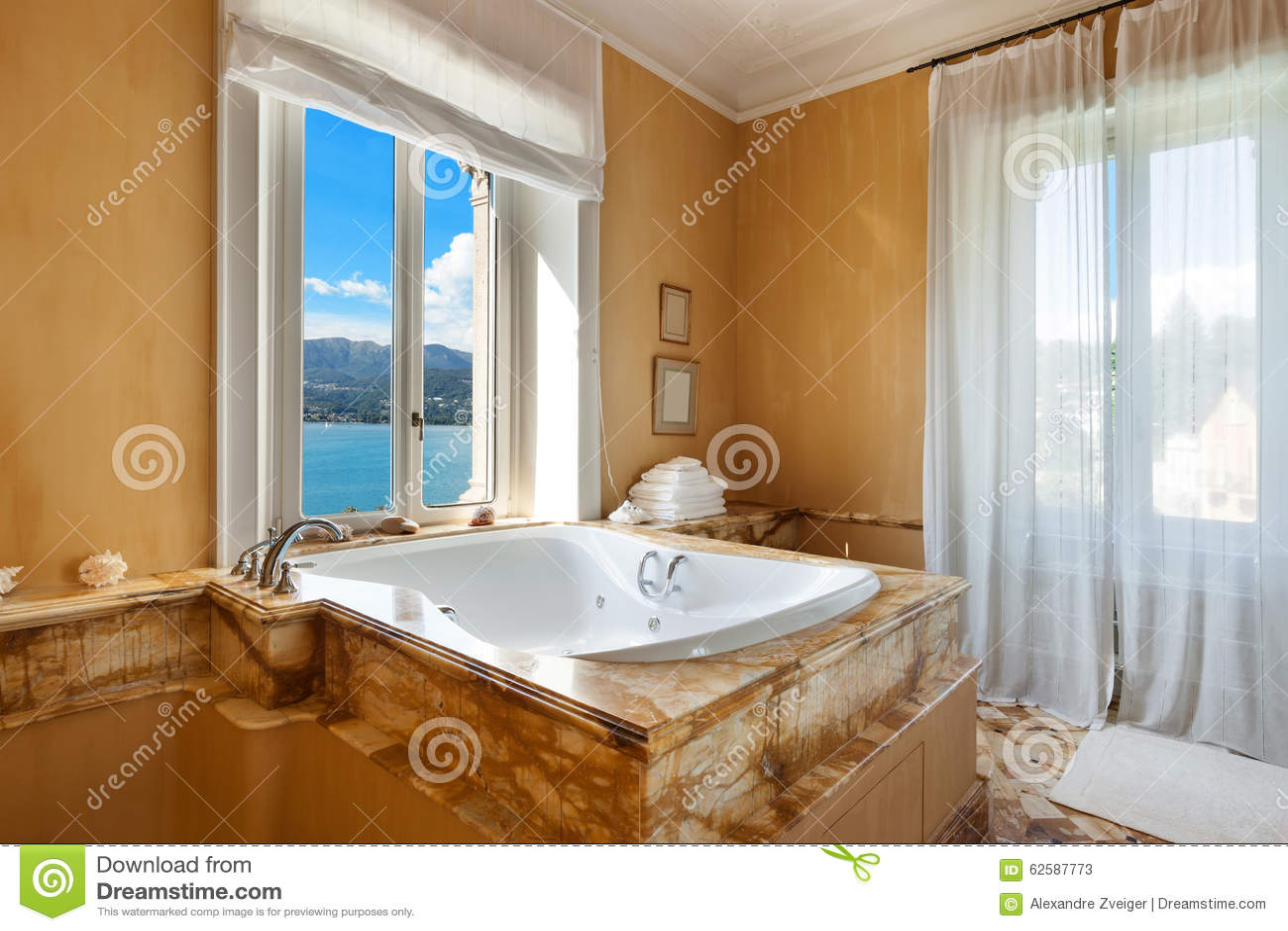 Mooie badkamers met jacuzzi stock afbeelding afbeelding 62587773 - Mooie badkamers ...