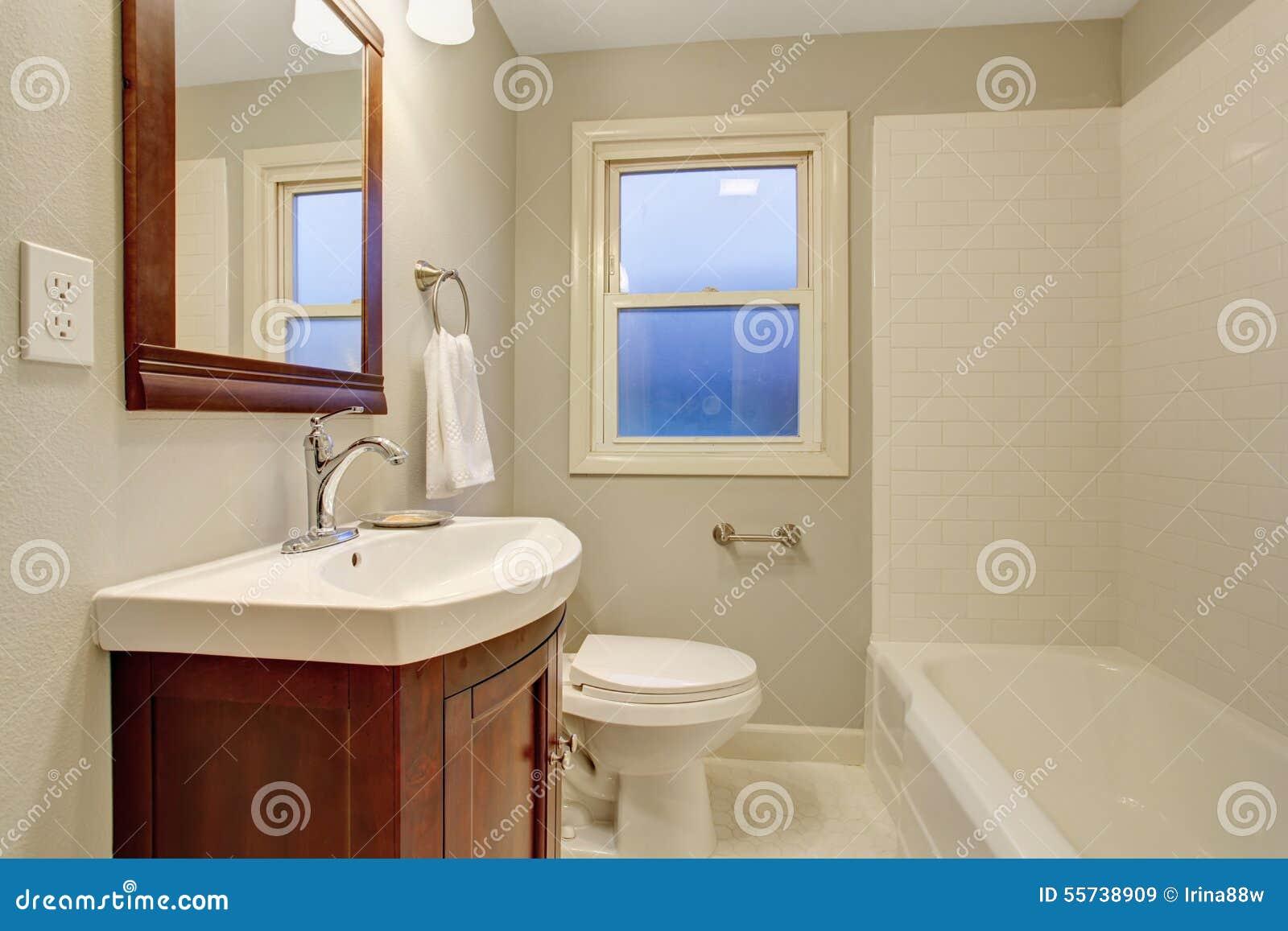 Mooie badkamers met tegelvloer stock foto afbeelding 55738909 - Mooie badkamers ...