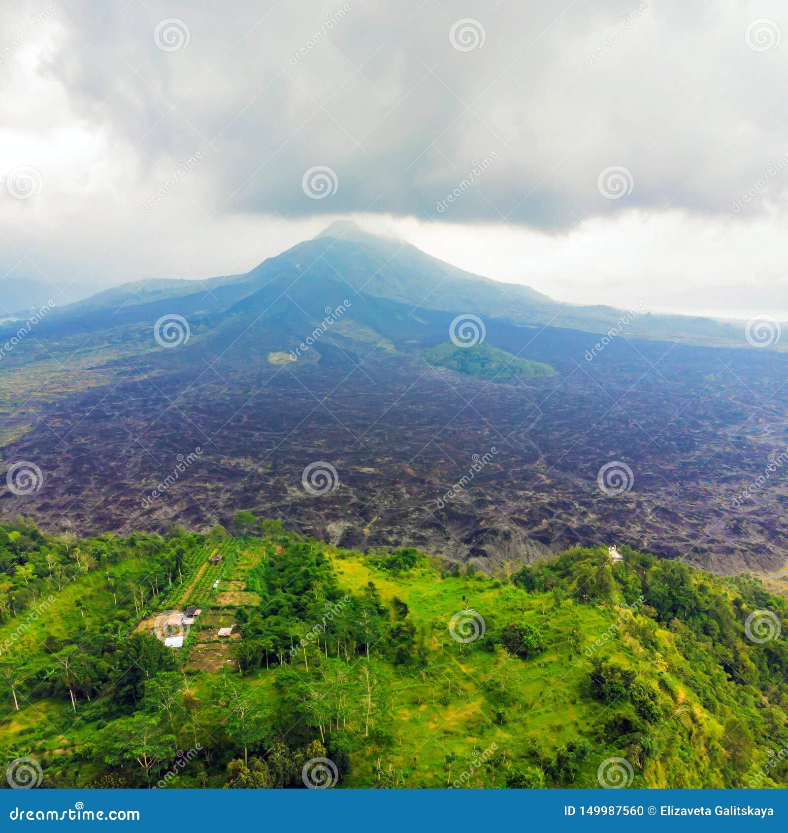 Mooie Batur-vulkaan, mening van hommel, panorama