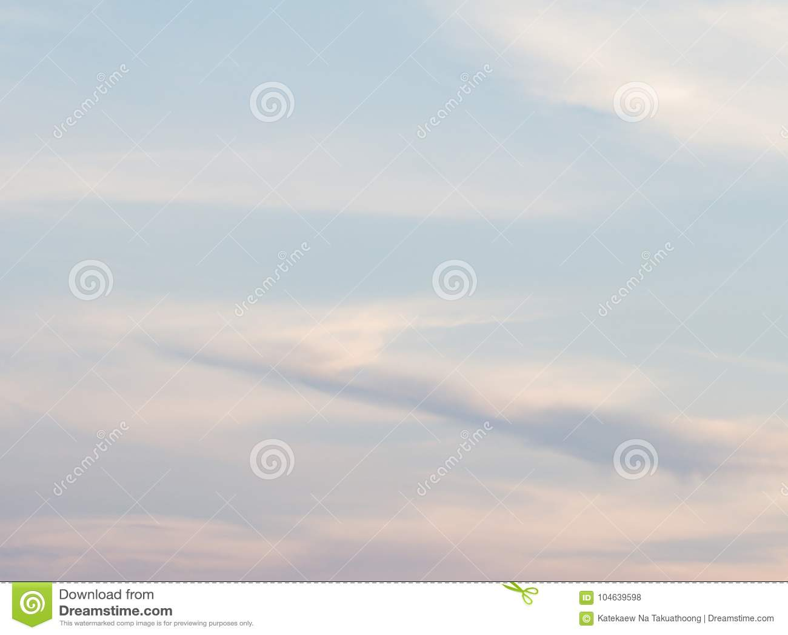 Download Mooie Bewolkte Blauwe Hemel Stock Foto - Afbeelding bestaande uit avond, hemel: 104639598