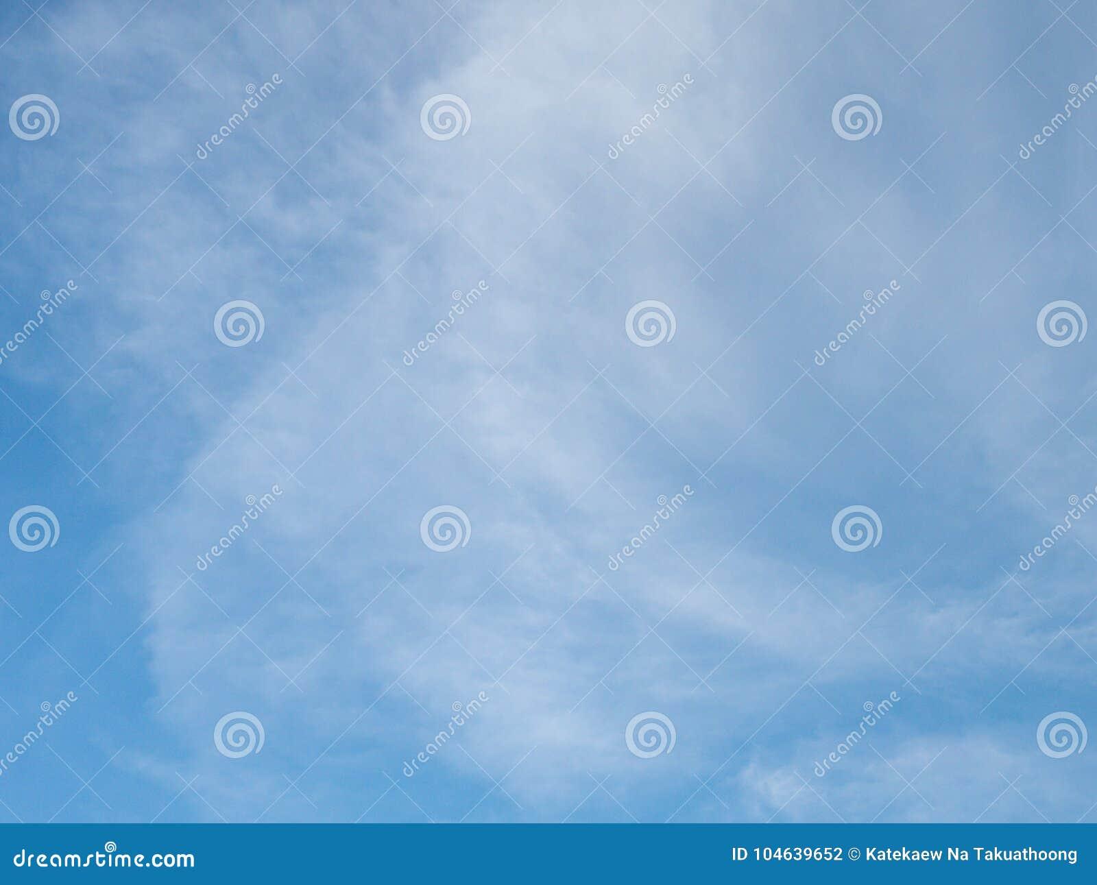 Download Mooie Bewolkte Blauwe Hemel Stock Foto - Afbeelding bestaande uit avond, ontruim: 104639652