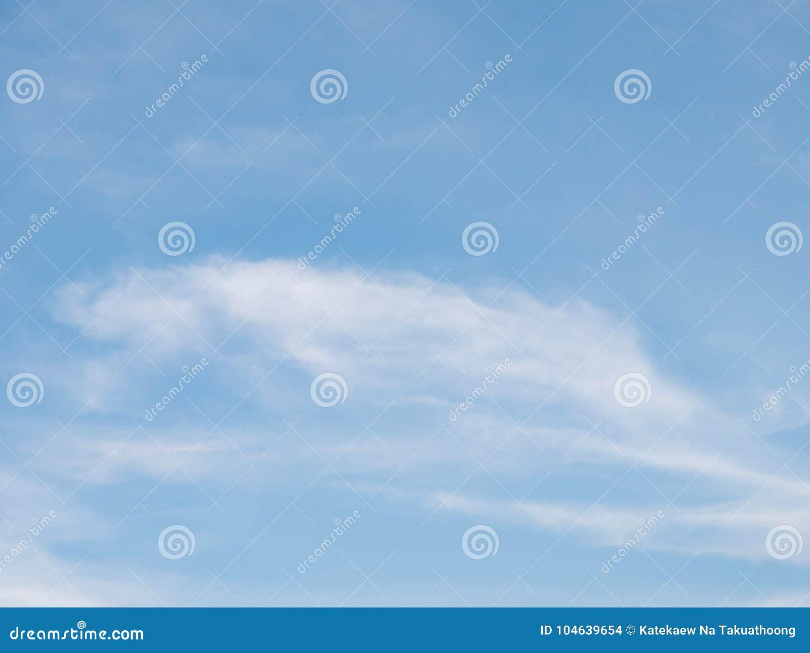 Download Mooie Bewolkte Blauwe Hemel Stock Foto - Afbeelding bestaande uit helder, idyllisch: 104639654