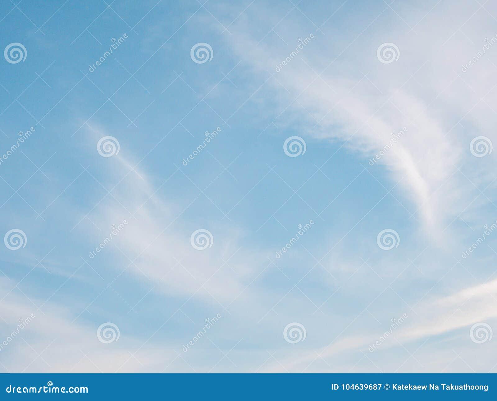 Download Mooie Bewolkte Blauwe Hemel Stock Afbeelding - Afbeelding bestaande uit wolk, kleur: 104639687