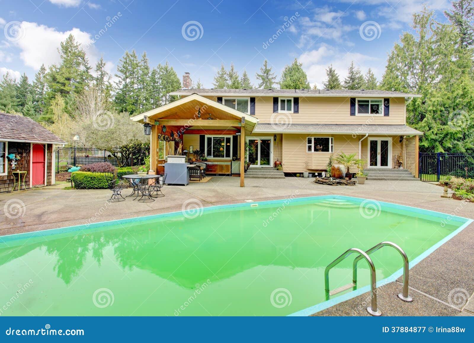Mooie binnenplaats met zwembad en terrasgebied