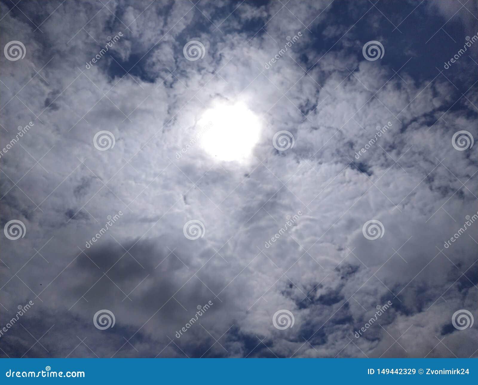 Mooie blauwe hemel De zon is doen schrikken