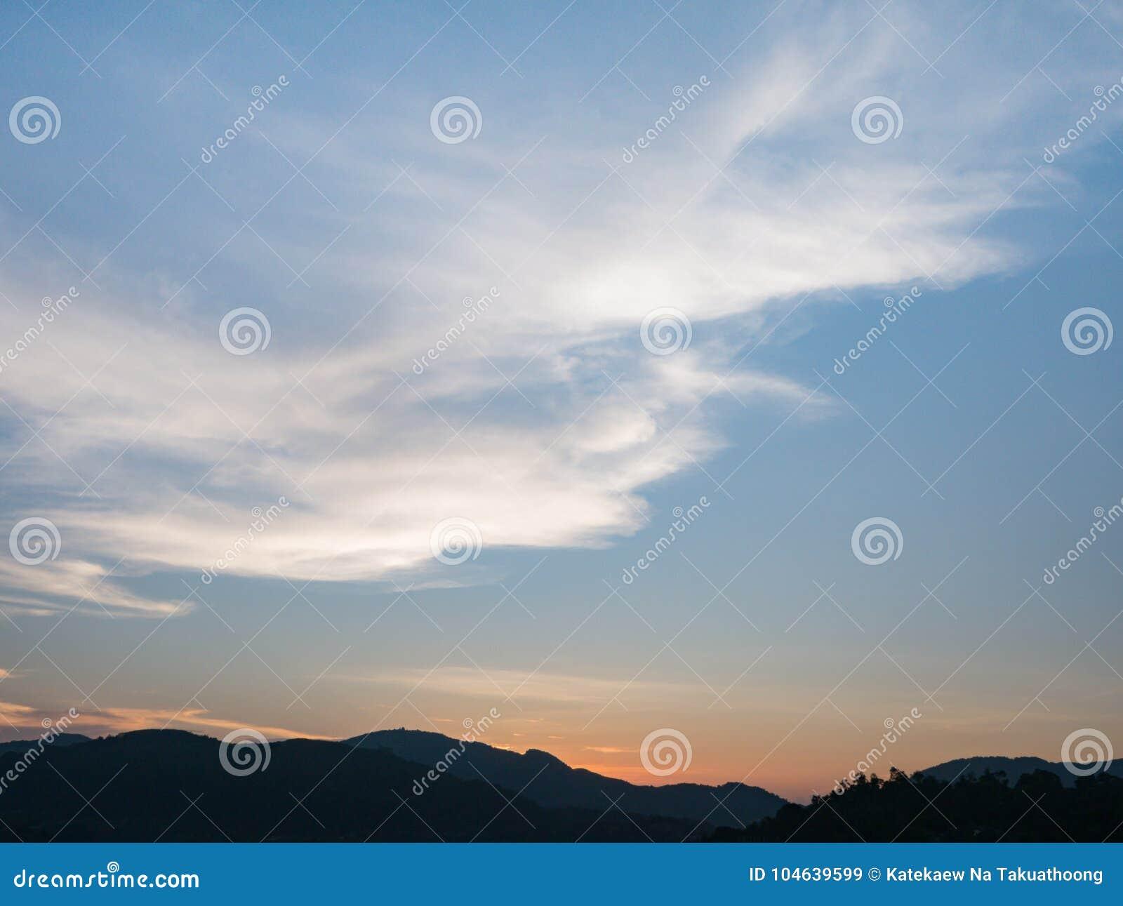 Download Mooie Blauwe Hemel Met Bewolkte Berg Als Achtergrond En Silhouet Stock Afbeelding - Afbeelding bestaande uit helder, azuurblauw: 104639599