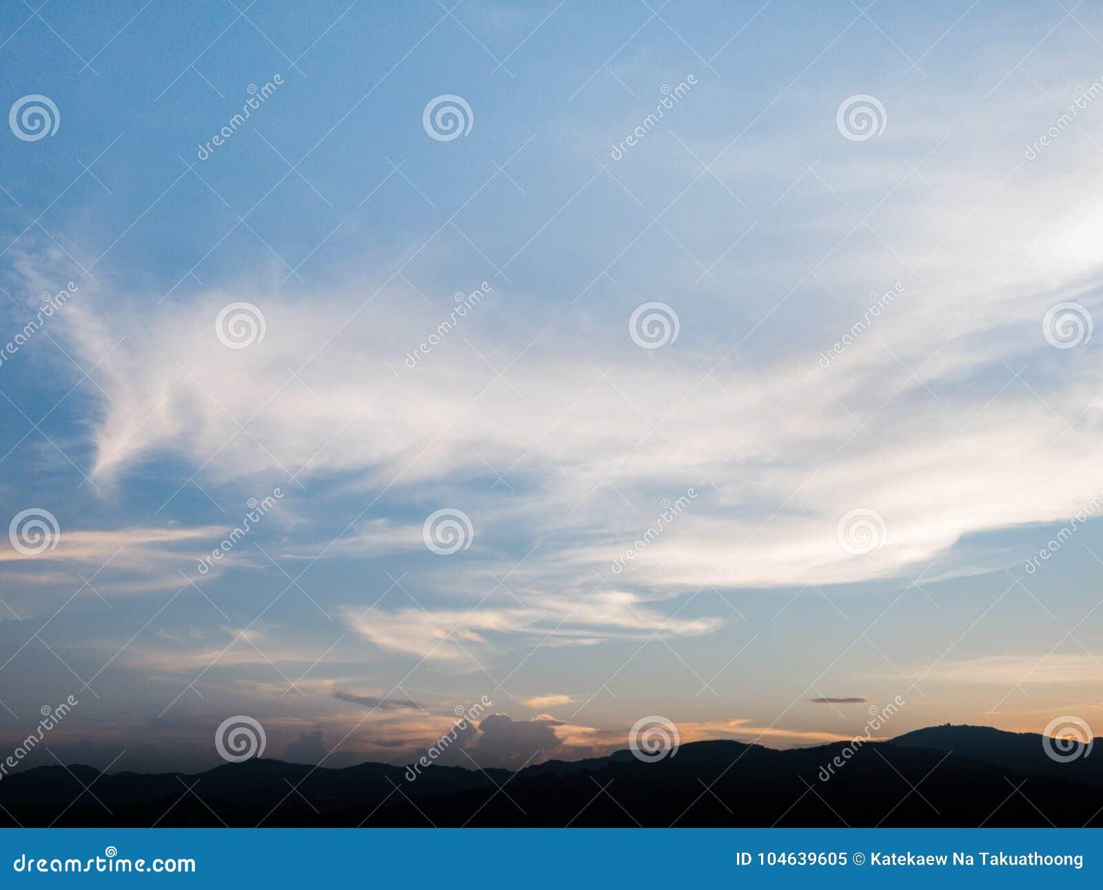 Download Mooie Blauwe Hemel Met Bewolkte Berg Als Achtergrond En Silhouet Stock Afbeelding - Afbeelding bestaande uit blauw, achtergrond: 104639605