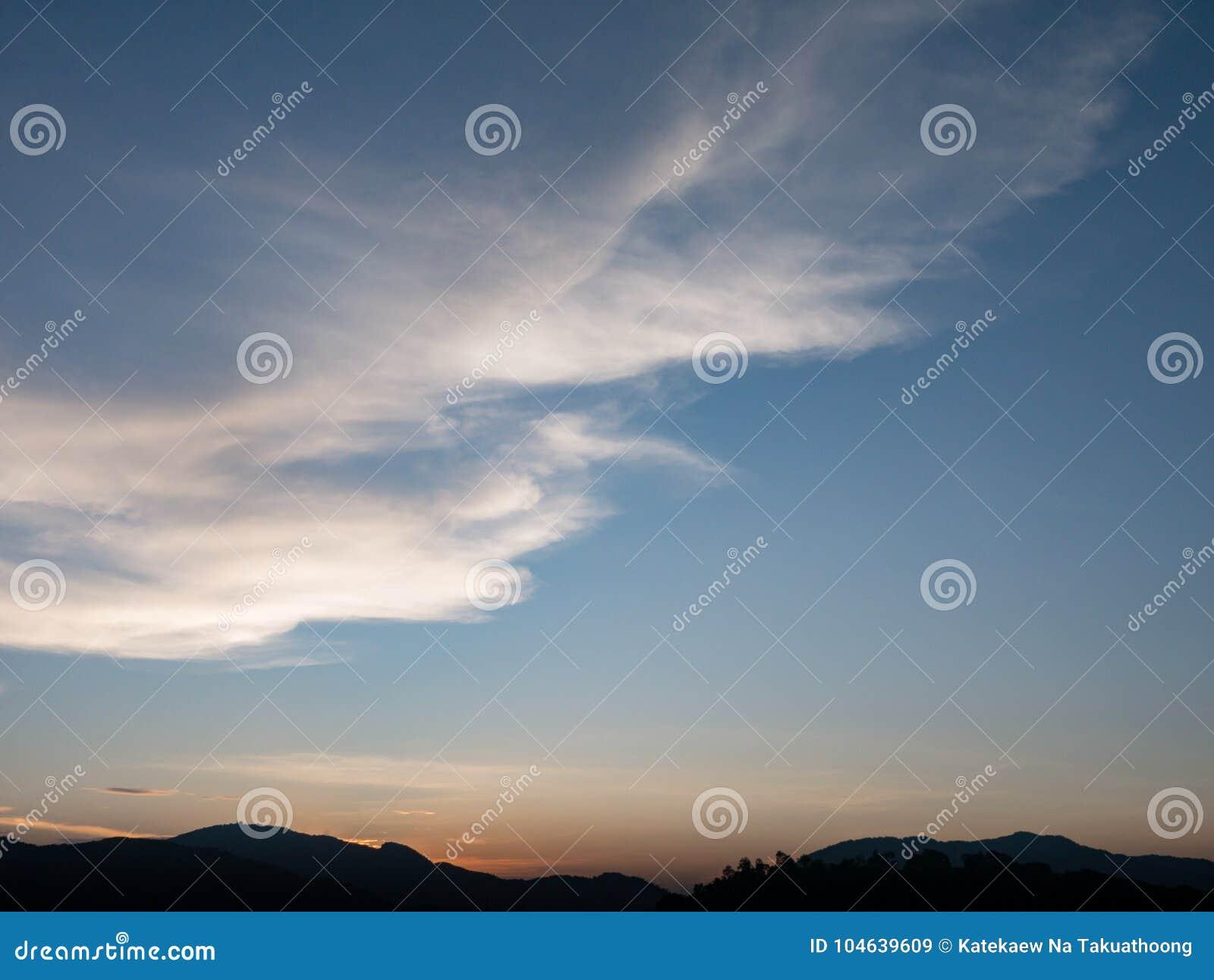 Download Mooie Blauwe Hemel Met Bewolkte Berg Als Achtergrond En Silhouet Stock Afbeelding - Afbeelding bestaande uit cloudscape, atmosfeer: 104639609