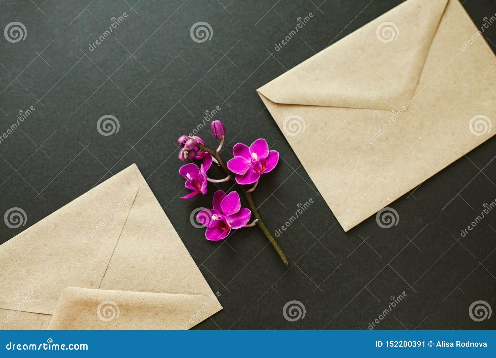 Mooie bloemen in een postenvelop
